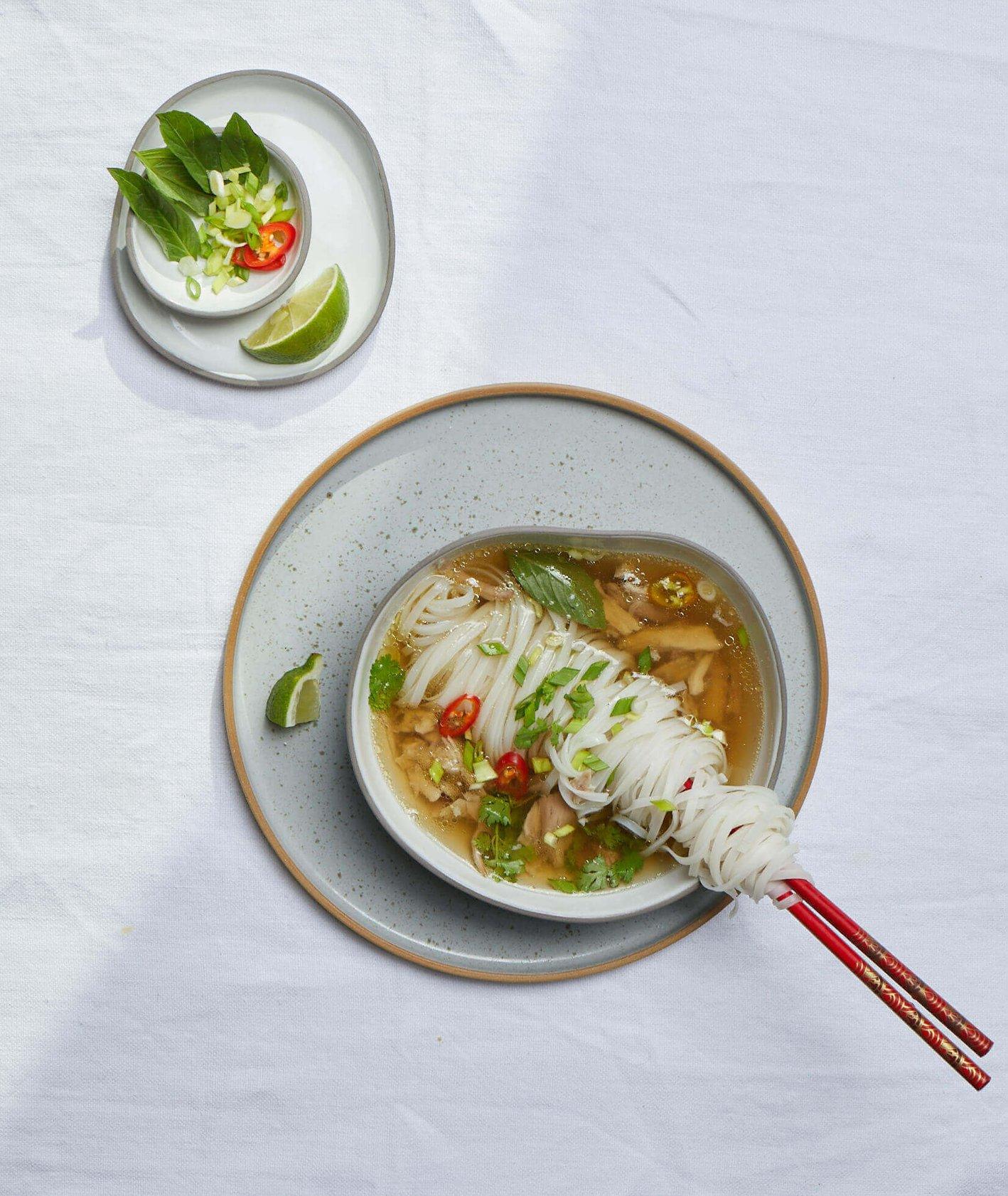 zupa pho, makaron ryżowy, domowe pho, pho z kurczakiem, rozgrzewająca zupa, kuchnia azjatycka, domowy bulion