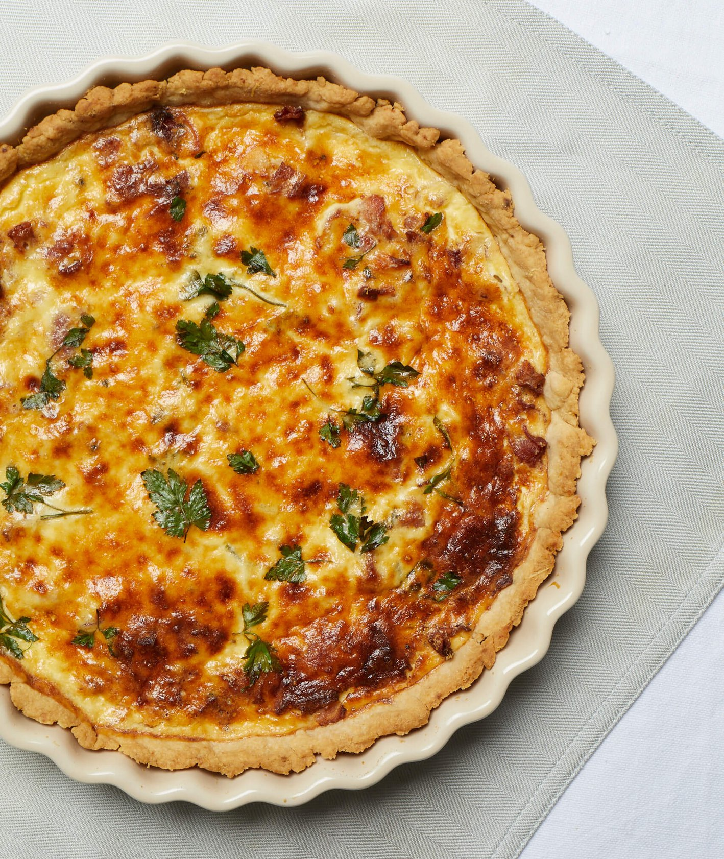 Quiche Lorraine, tarta z boczkiem, tarta z serem, parmezan, kuchnia francuska, co na przyjęcie, przekąski na imprezę, rodzinny obiad, kruche ciasto, wytrawna tarta