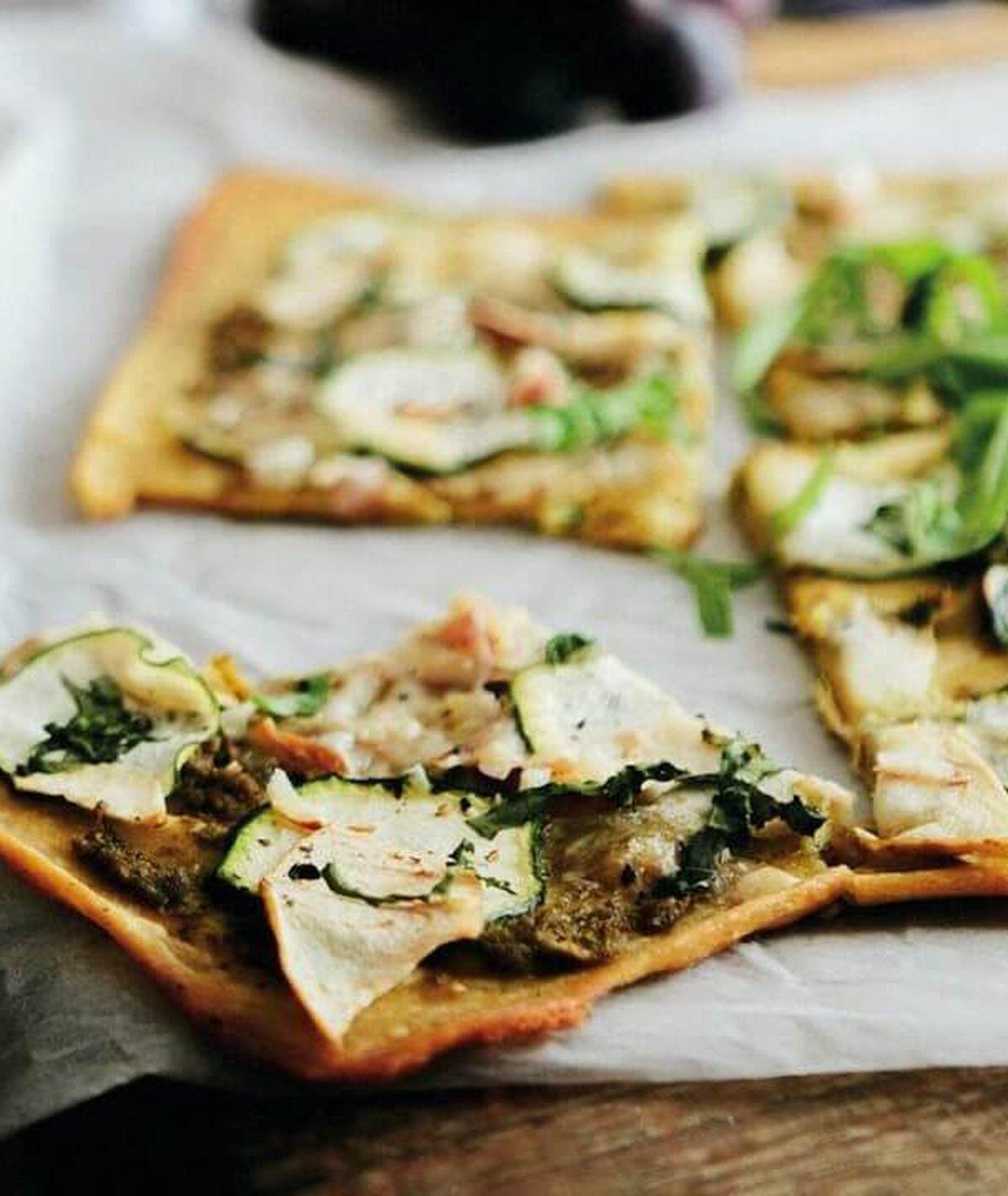 socca z pesto i serem, placek z mąki z ciecierzycy, danie bezglutenowe, pizza bezglutenowa, szybki obiad, dieta bezglutenowa, pizza z serem, ciecierzyca, placek z ciecierzycy, szybka pizza