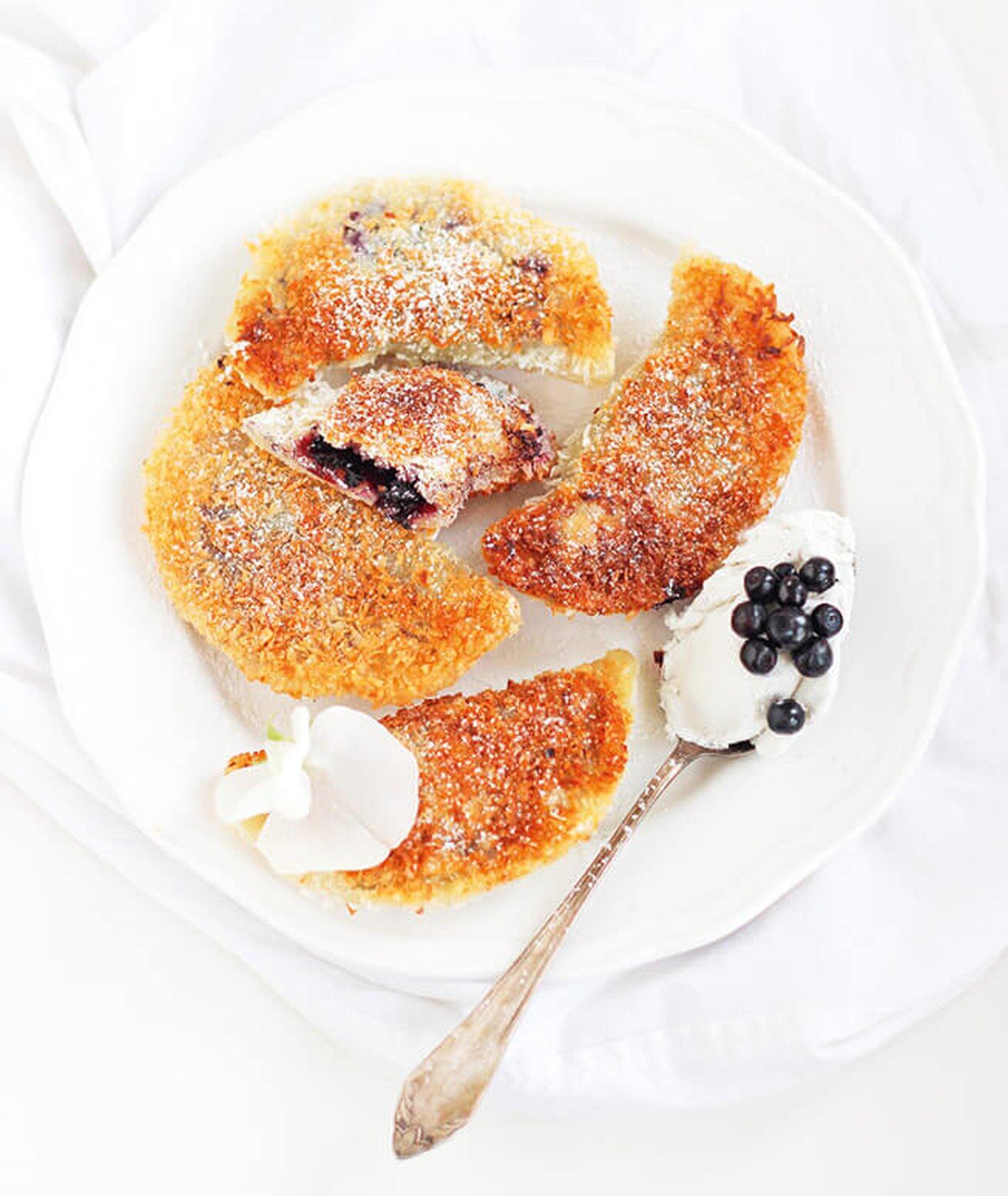 pierogi z jagodami, pierogi w panierce, przepis Tosia Kolo, burczymiwbrzuchu, blog burczymiwbrzuchu, pierogi z owocami, smażone pierogi, dla dzieci, pierogi ze śmietaną, pierogi na słodko, ciasto na pierogi