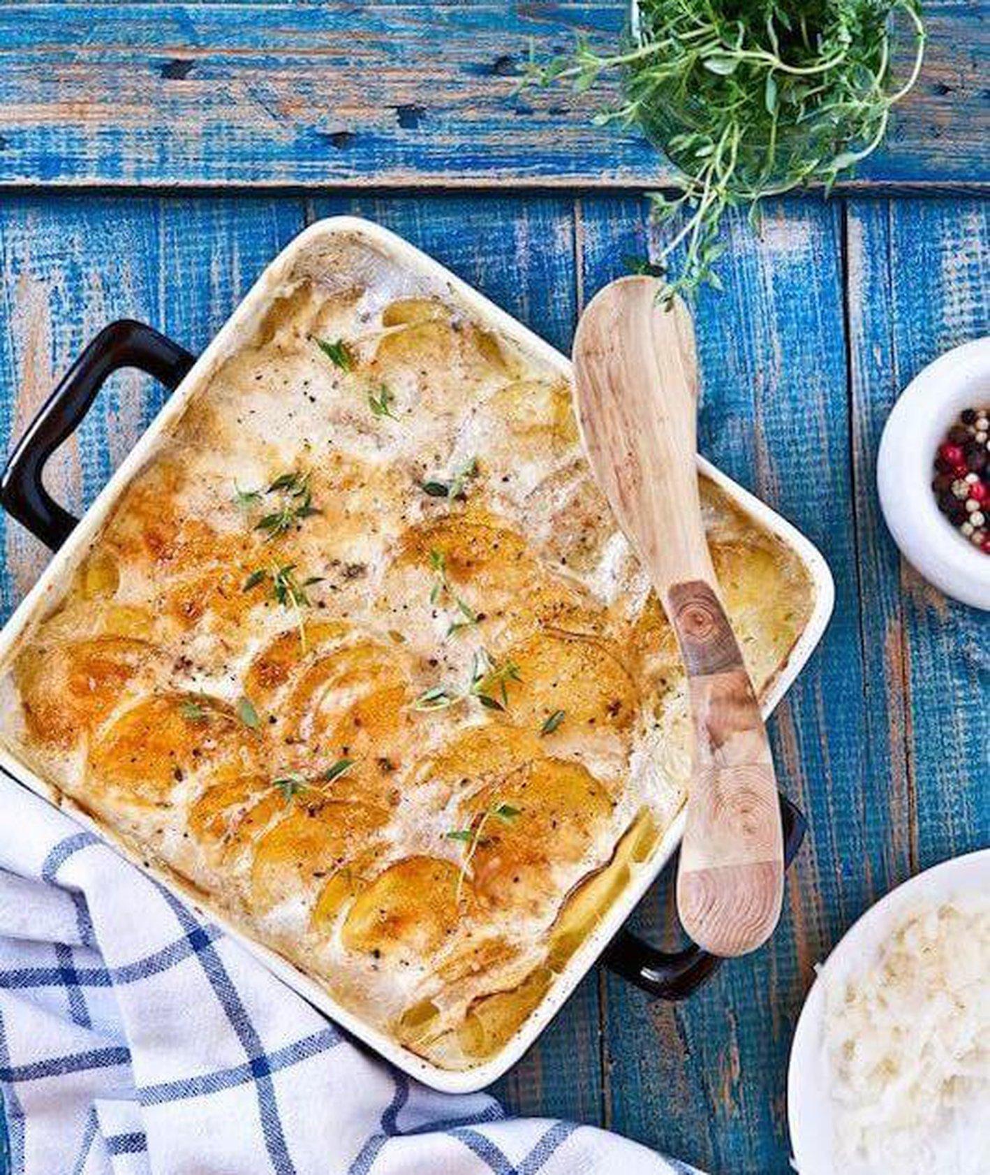 zapiekanka ziemniaczana, zapiekane ziemniaki, ziemniaki zapiekane z serem i tymiankiem, obiad z piekarnika, obiad z ziemniaków, pomysł na ziemniaki, co z ziemniaków, pieczone ziemniaki