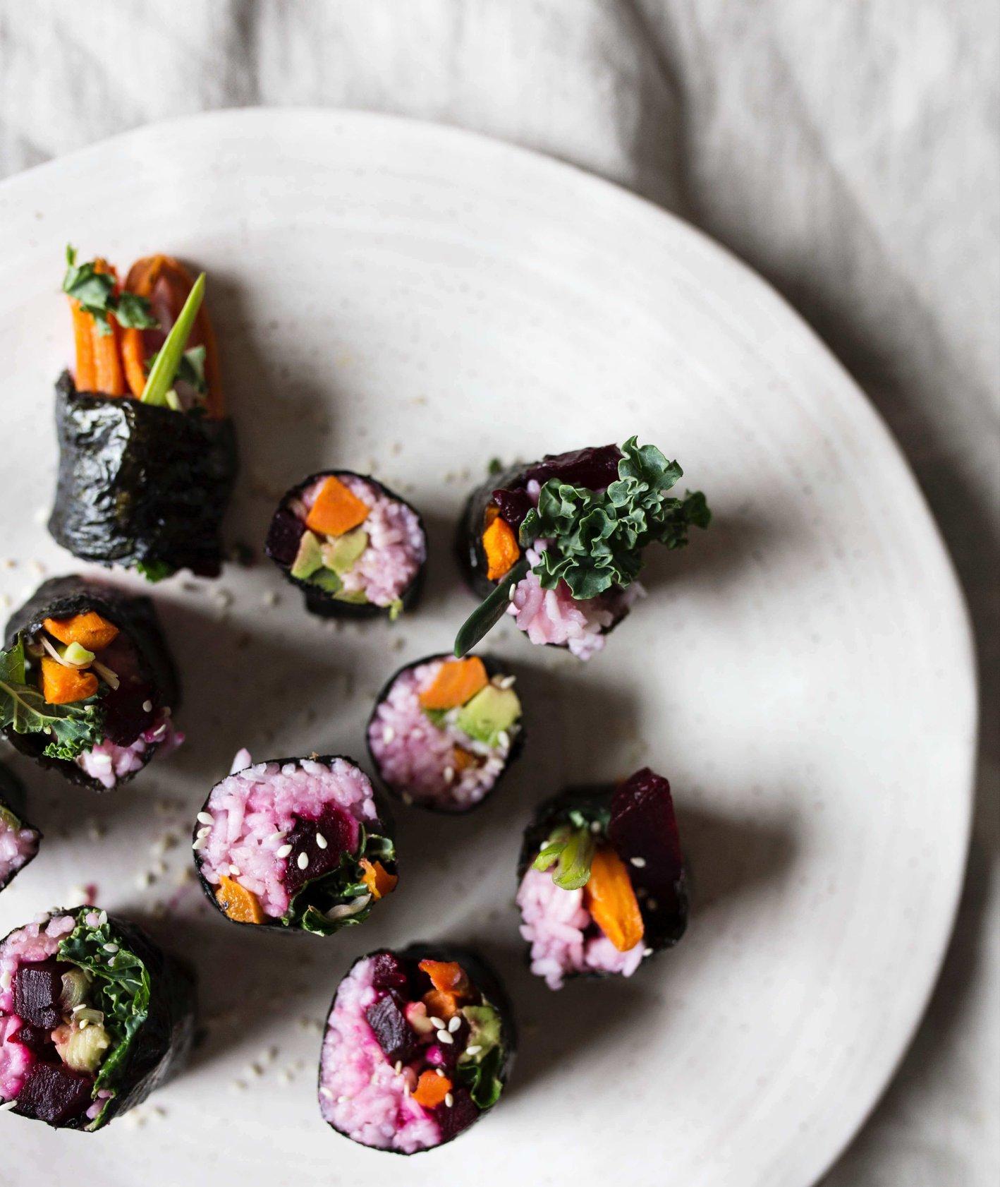 wegańskie sushi, rolki sushi, domowe sushi, jedzenie dla dzieci, sushi dla dzieci, warzywne sushi, kuchnia azjatycka, pomysł na lunchbox, obiad do pracy, pieczony burak