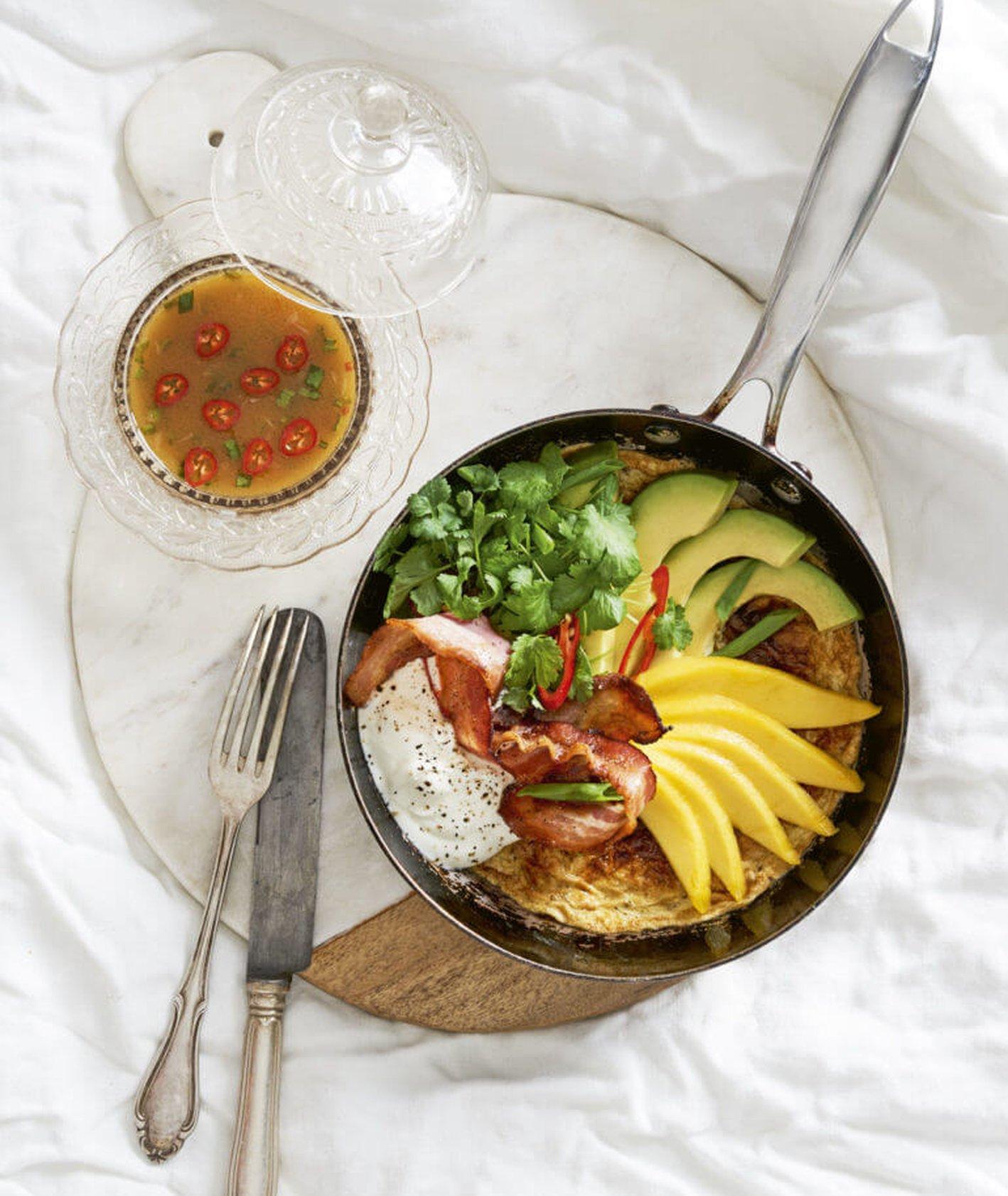 omlet z awokado i bekonem, omlet kukbuk, idealny omlet, wytrawne śniadanie, omlet na śniadanie, jajecznica z bekonem, kuchnia meksykańska, kolendra, proste śniadanie, szybkie śniadanie