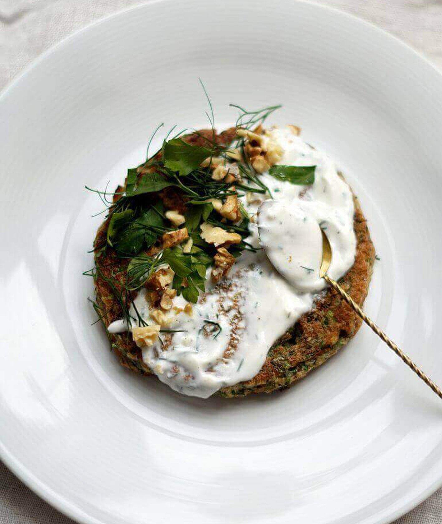 Irańskie placki ziołowe, irańskie placki Ottolenghi, przepis Ottolenghi, proste placki, wytrawne śniadanie, ziołowe placki, placki z orzechami, ziołowy jogurt, zdrowa kolacja