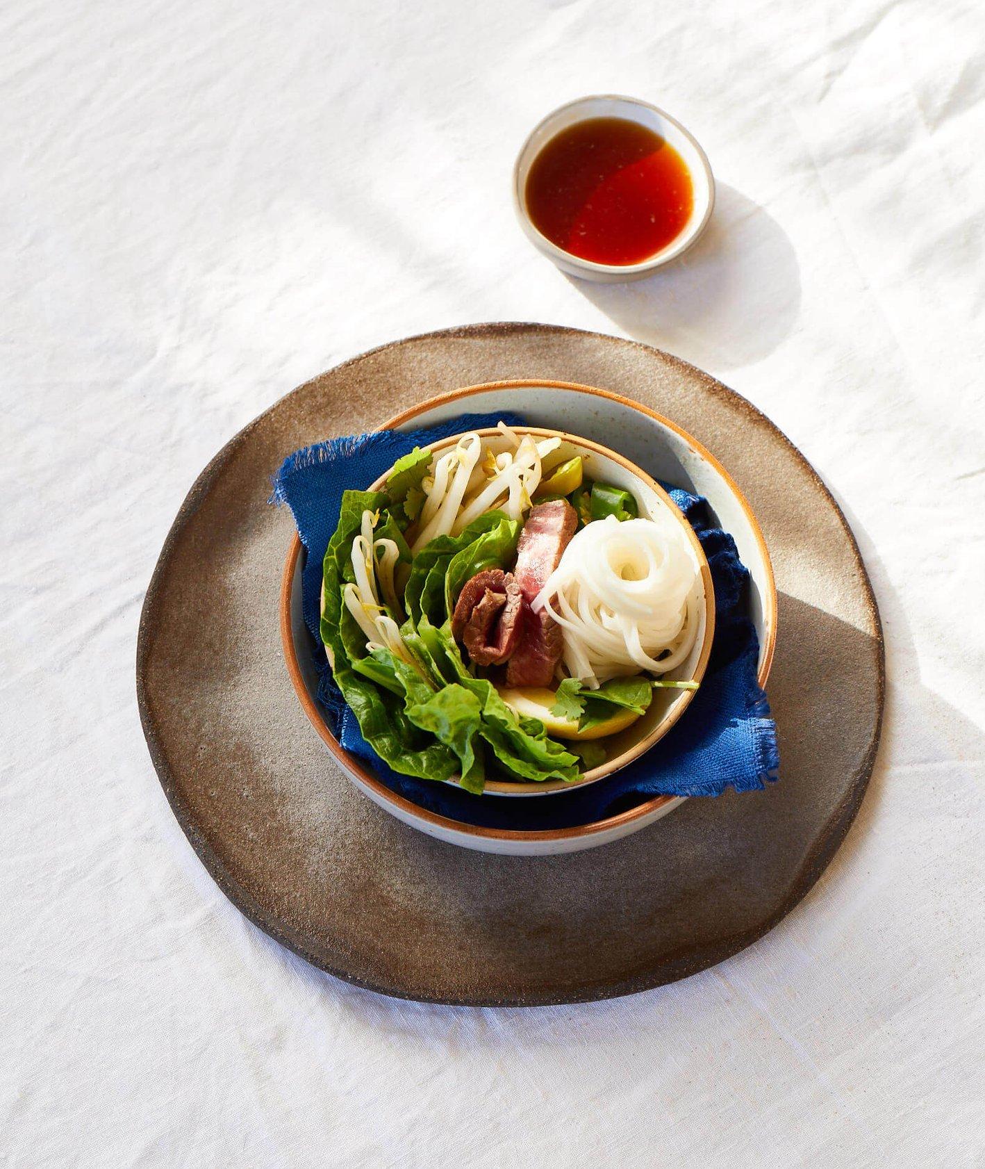 bun bo nam bo, sałatka bun bo nam bo, kuchnia azjatycka, makaron ryżowy, prosta sałatka, lekka sałatka, sałatka z makaronem