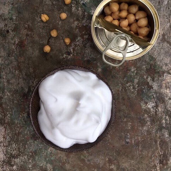 aquqfaba, woda po ciecierzycy, co zrobić z aquafaby, zamiennik jajka, co zamiast jajka, wegańskie święta, jak przygotować aquafabę, wegańska beza, beza z aquafaby