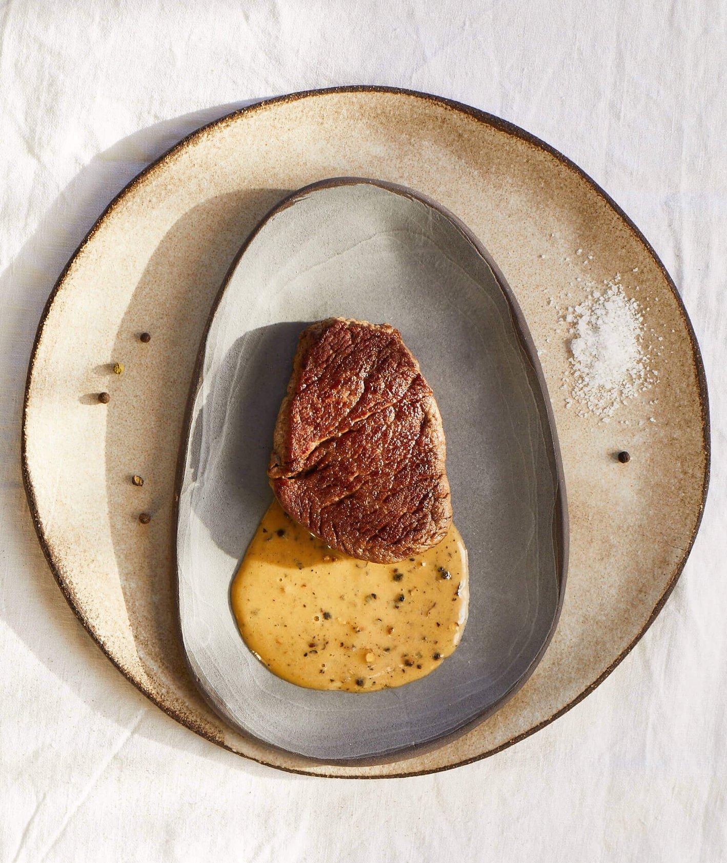 stek z sosem pieprzowym, stek z sosem, idealny stek, jak zrobić idealny stek, czerwone mięso, sos pieprzowy, sos do mięsa
