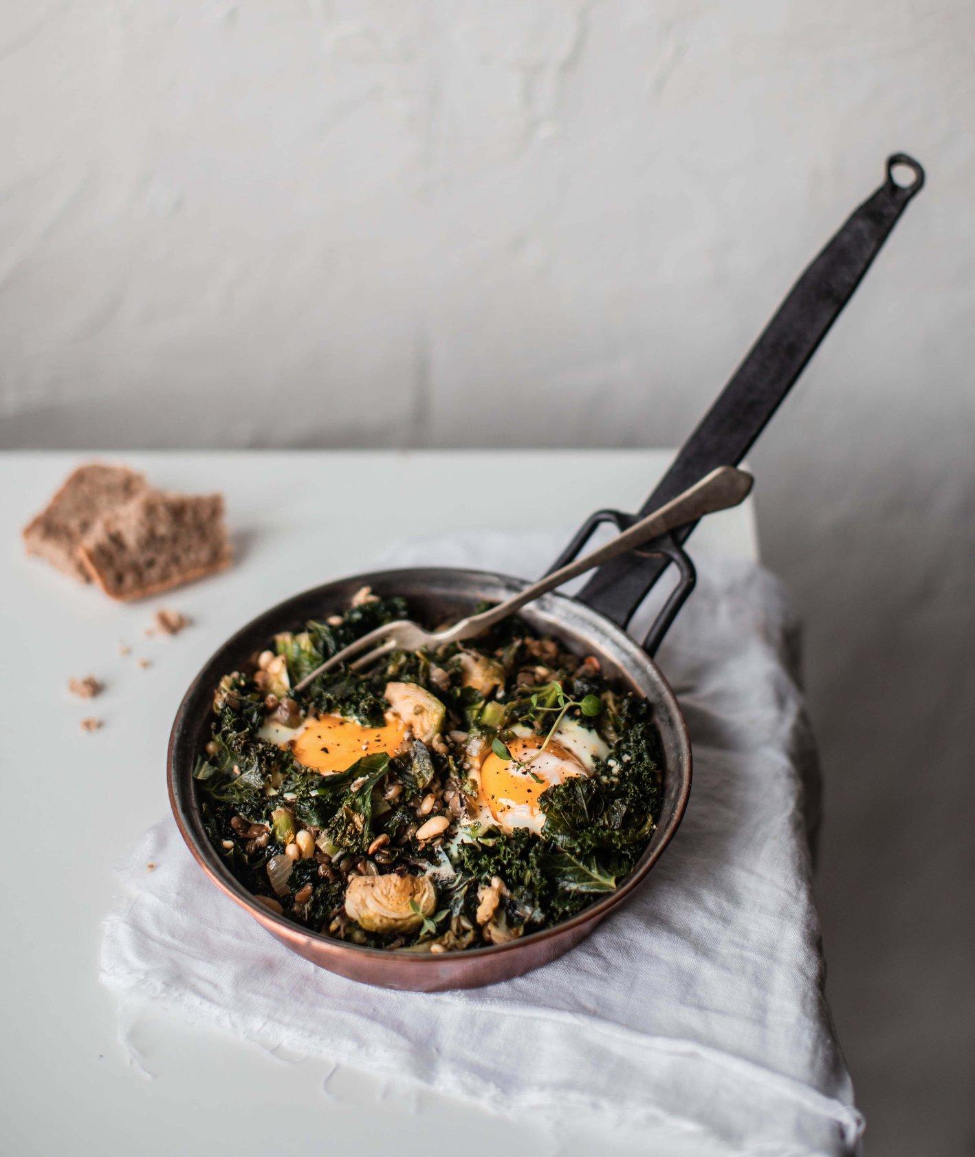 szakszuka z jarmużem, zielona szakszuka, szakszuka, wytrawne śniadanie, śniadanie z jajkiem, szakszuka z warzywmi