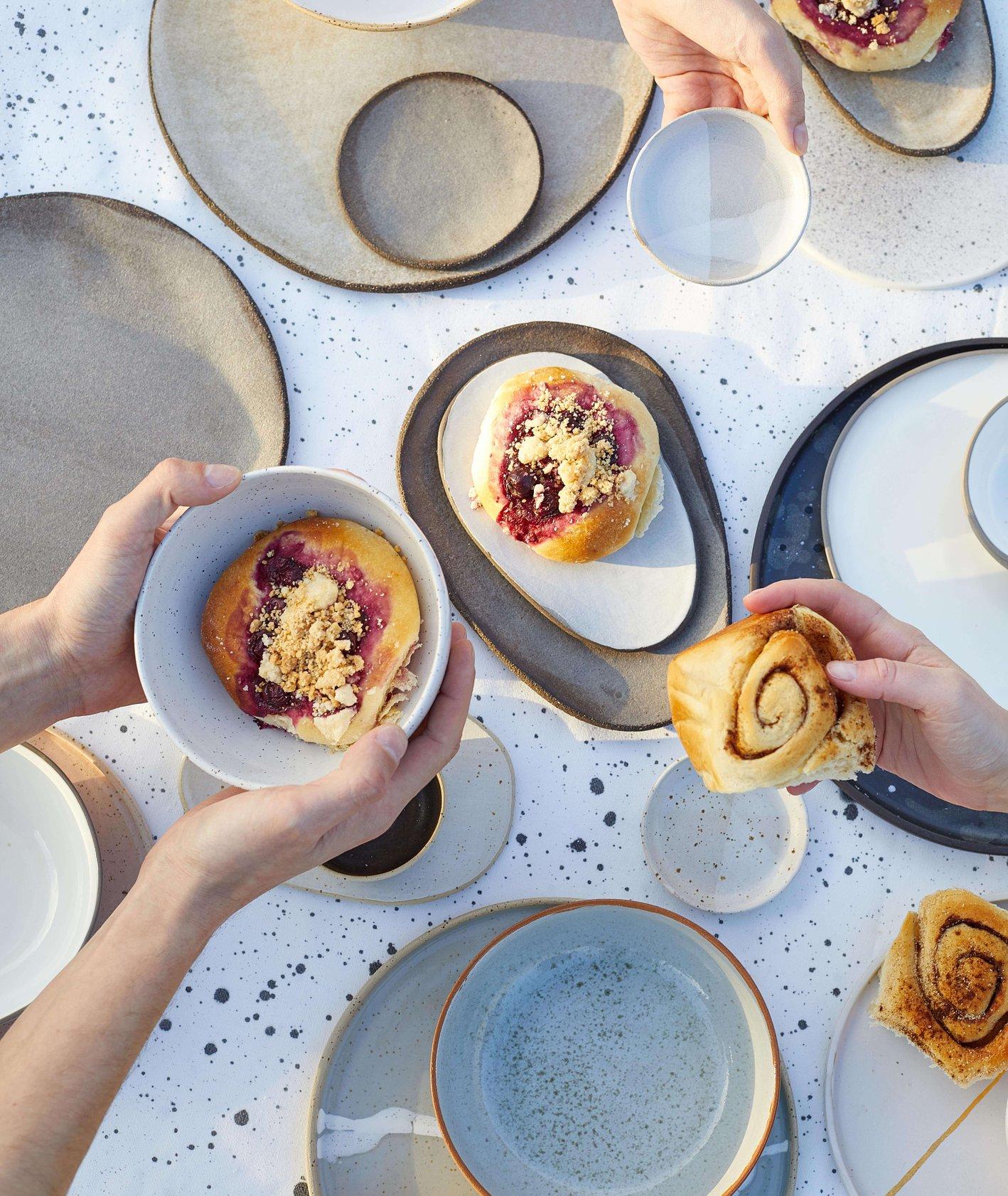 zestawy ceramicznych talerzy z pracowni: POPO ceramics, Spiek ceramicznu, Hadaki, Mleko living