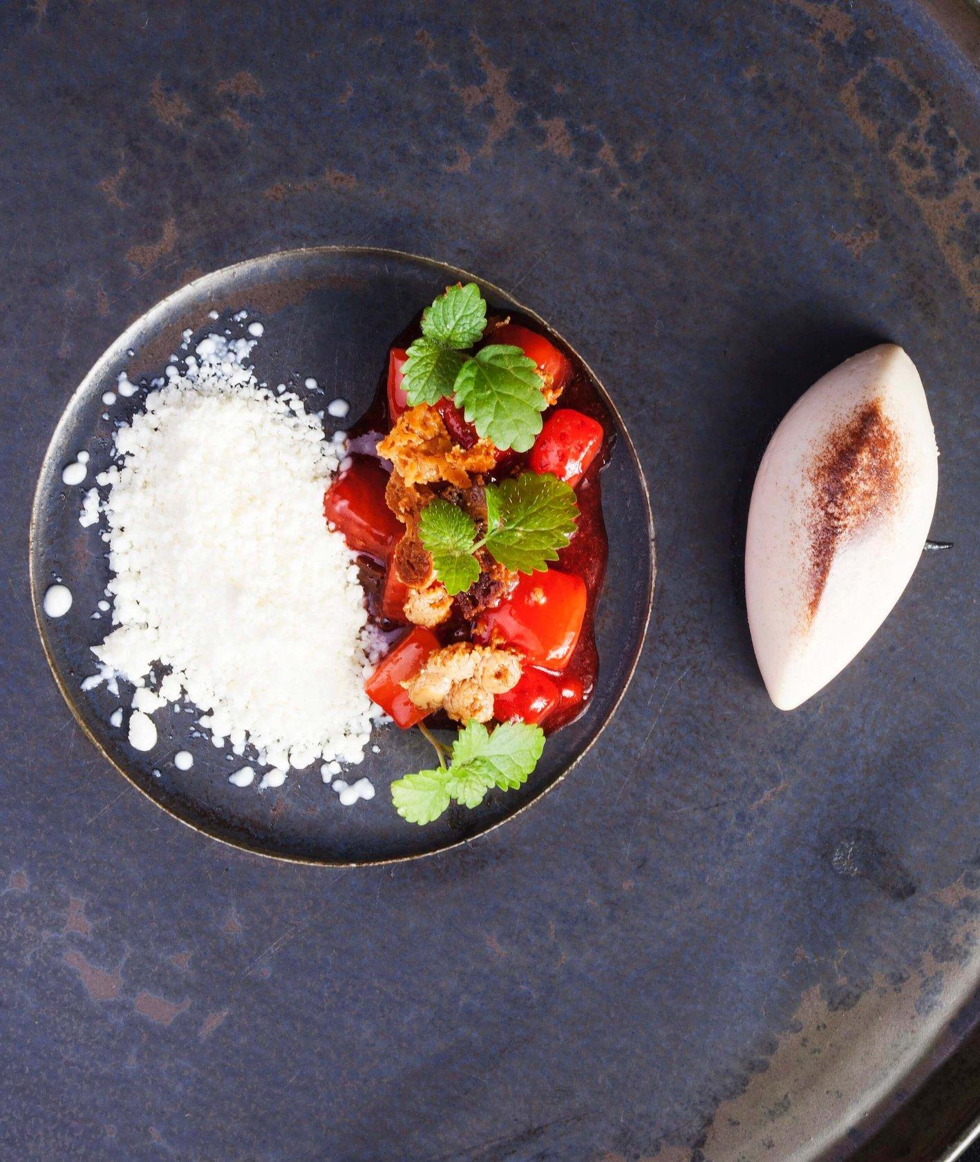 wyjątkowy deser ze szparagami i truskawkami