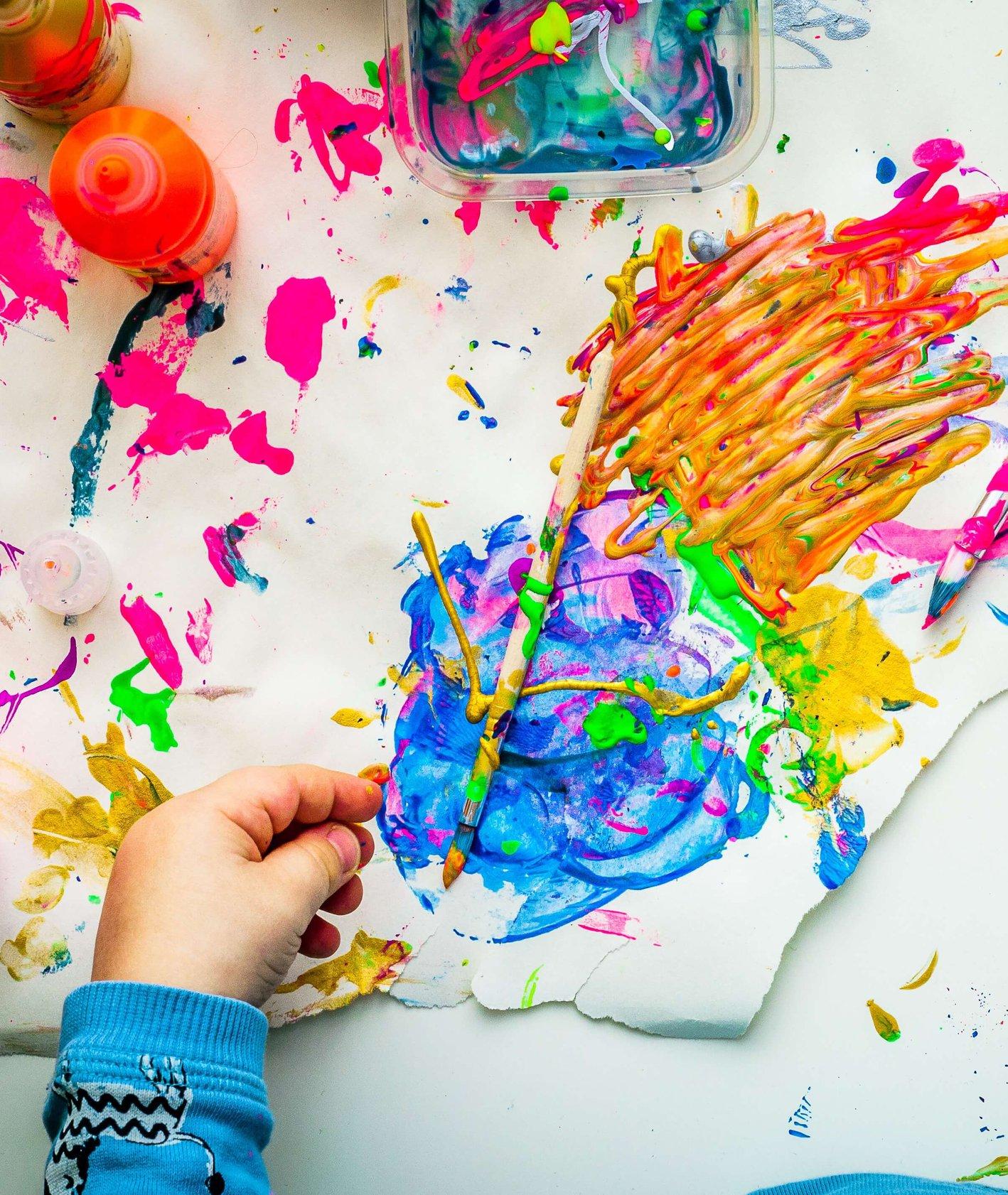 Dziecko malujące kredkami i farbami