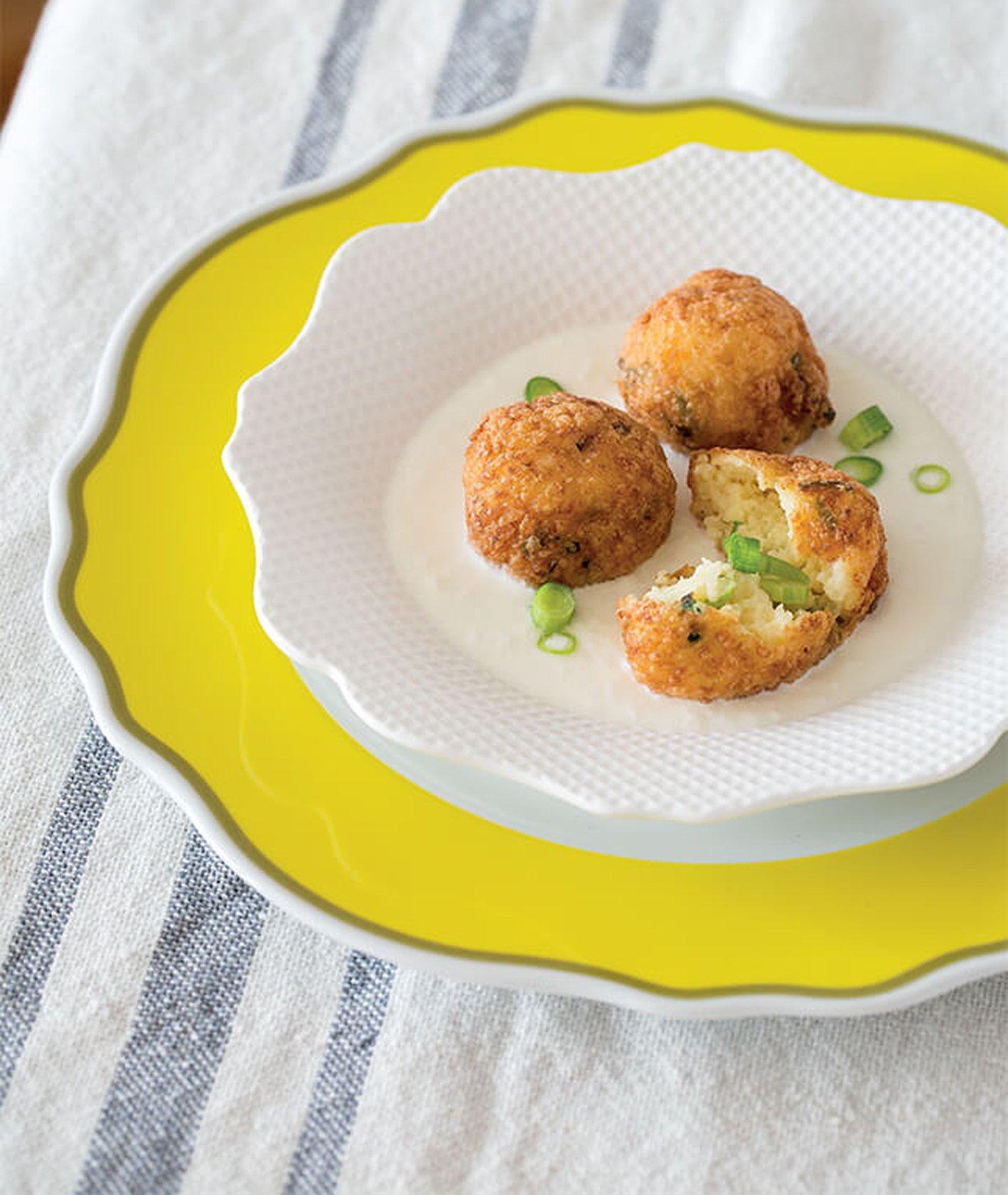 Krokiety z młodych ziemniaków ze zsiadłym mlekiem i szczypiorkiem
