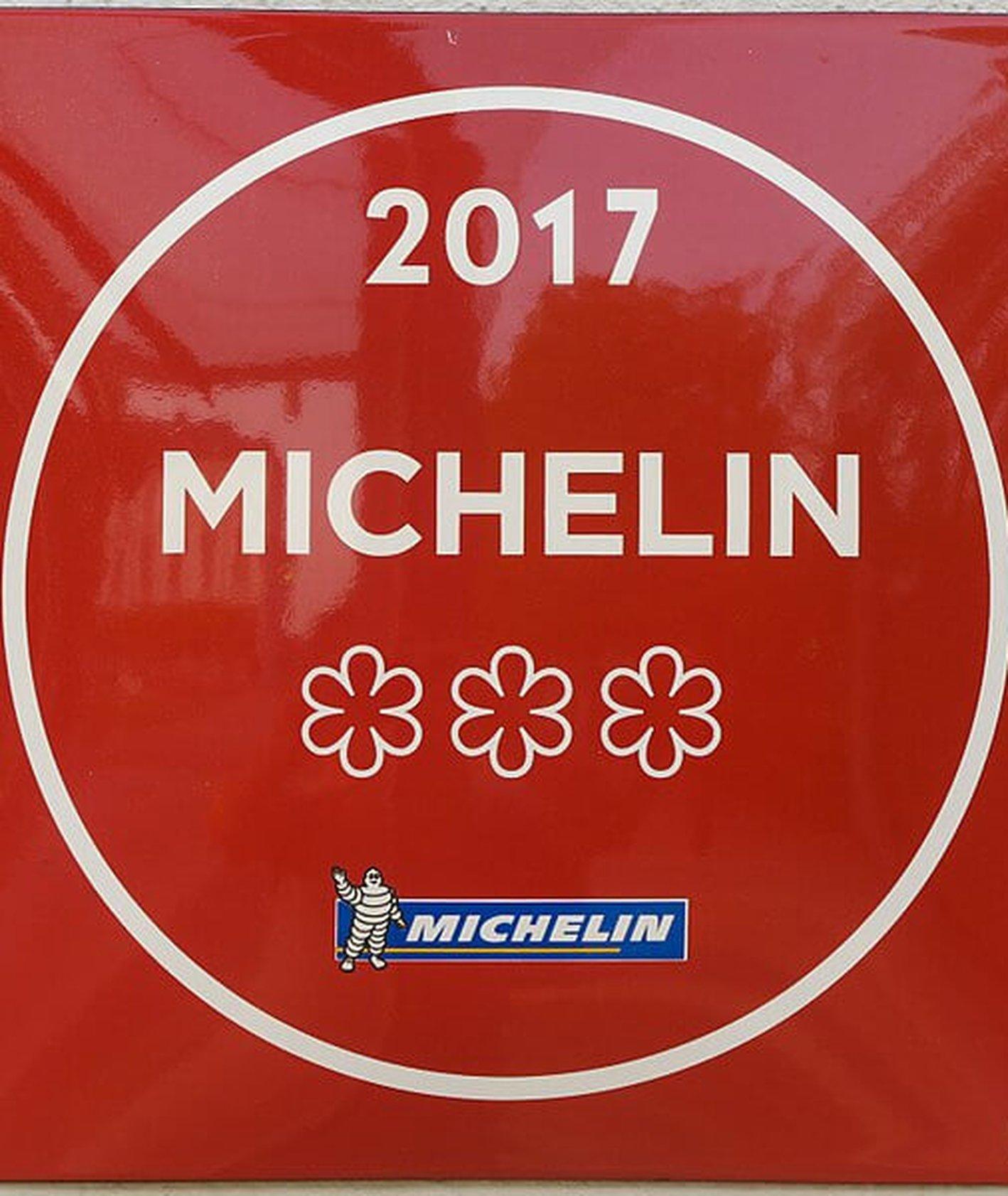 Tabliczka informująca o przyznaniu gwiazdek Michelin