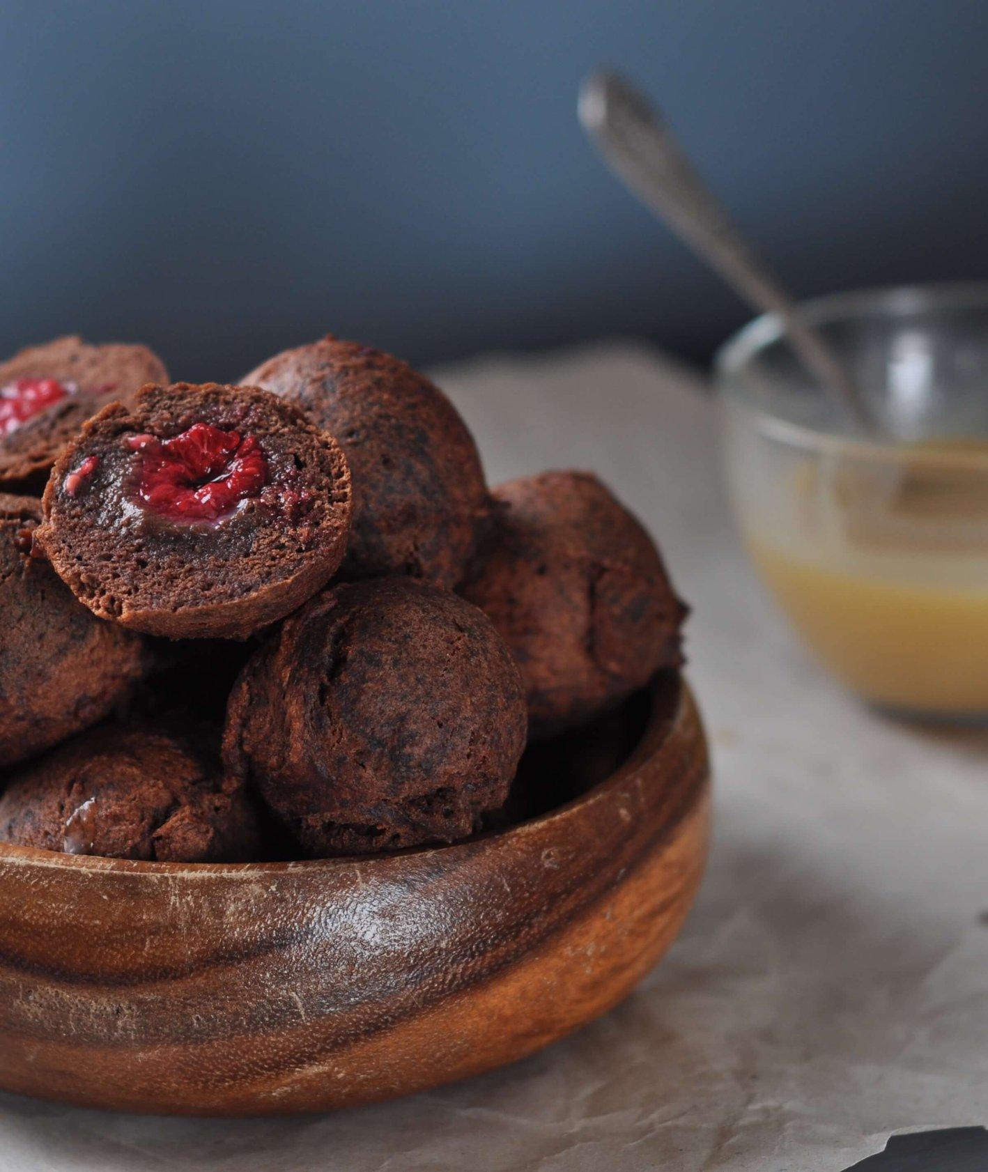 Kakaowe pączki z malinami