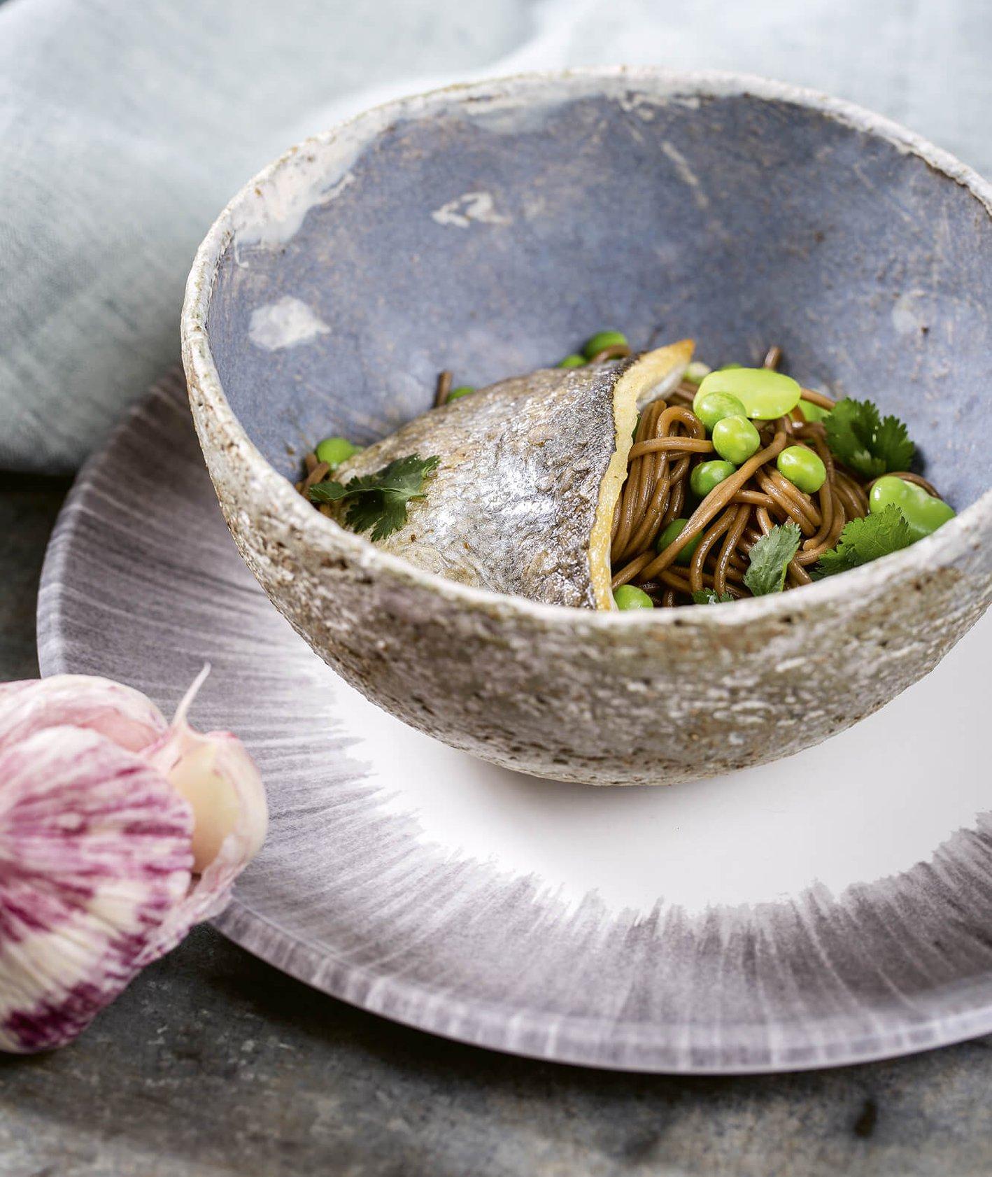 Gryczany makaron z sosem ostrygowym, bobem i smażoną rybą