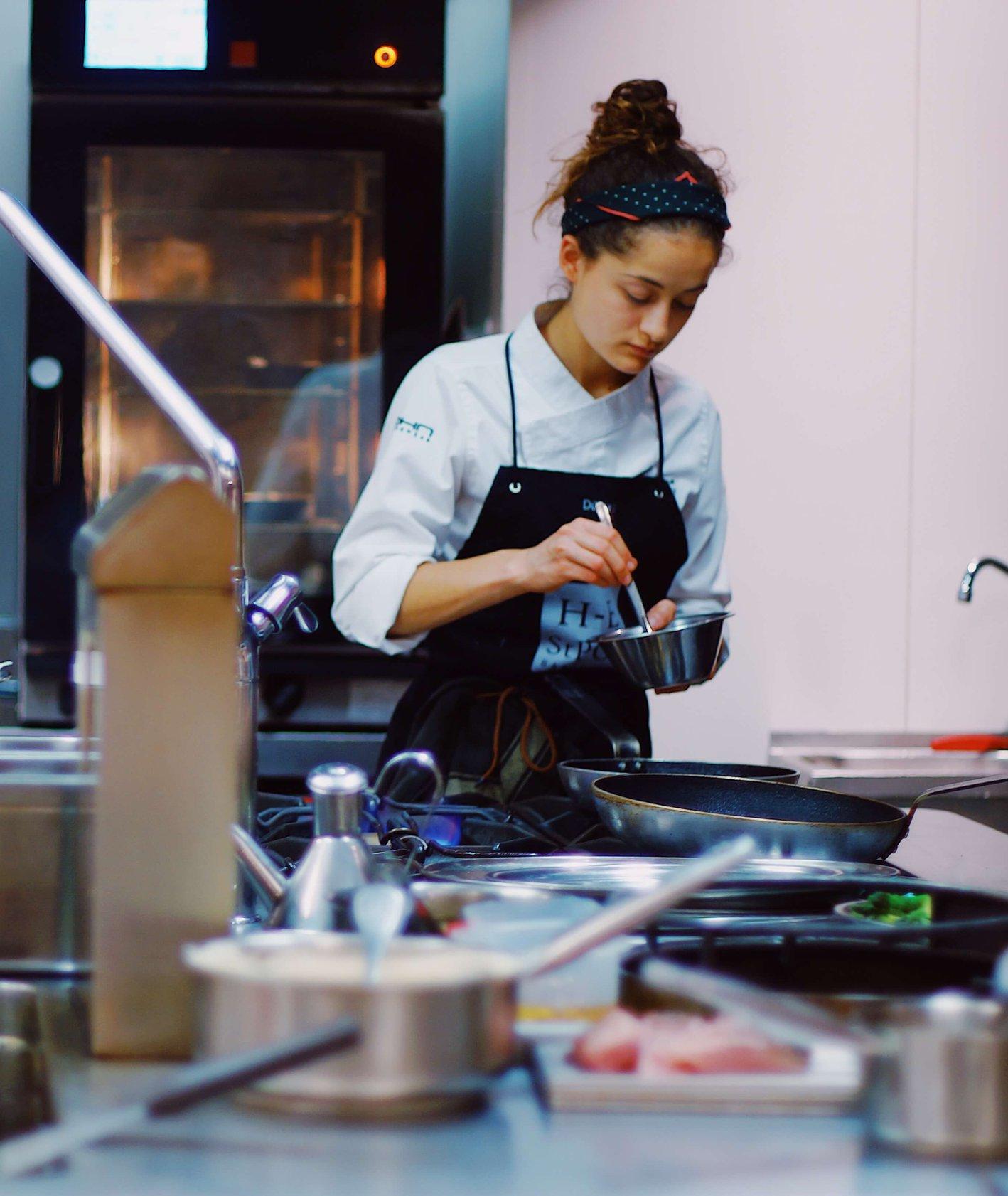 Dziewczyna pracująca w przemysłowej kuchni (fot. Jesus Terres)