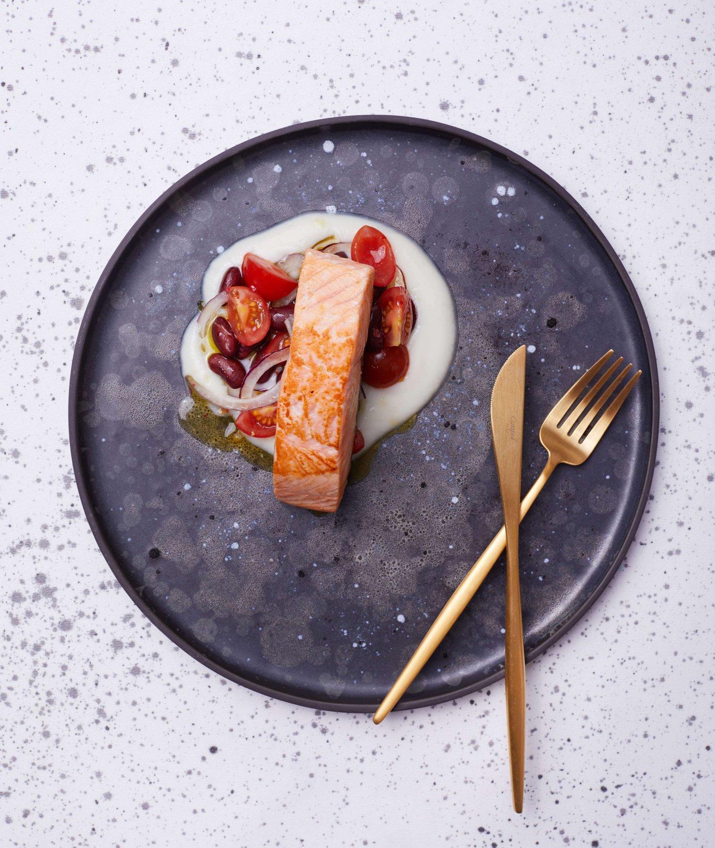 Smażony łosoś z kremem kalafiorowym i czerwoną sałatką