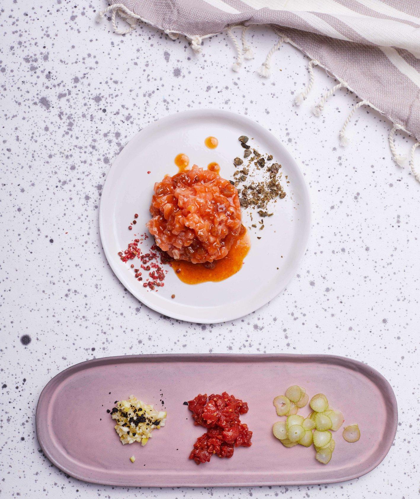 Tatar z łososia z fenkułem, pieczonymi pomidorami i rodzynkowym dressingiem