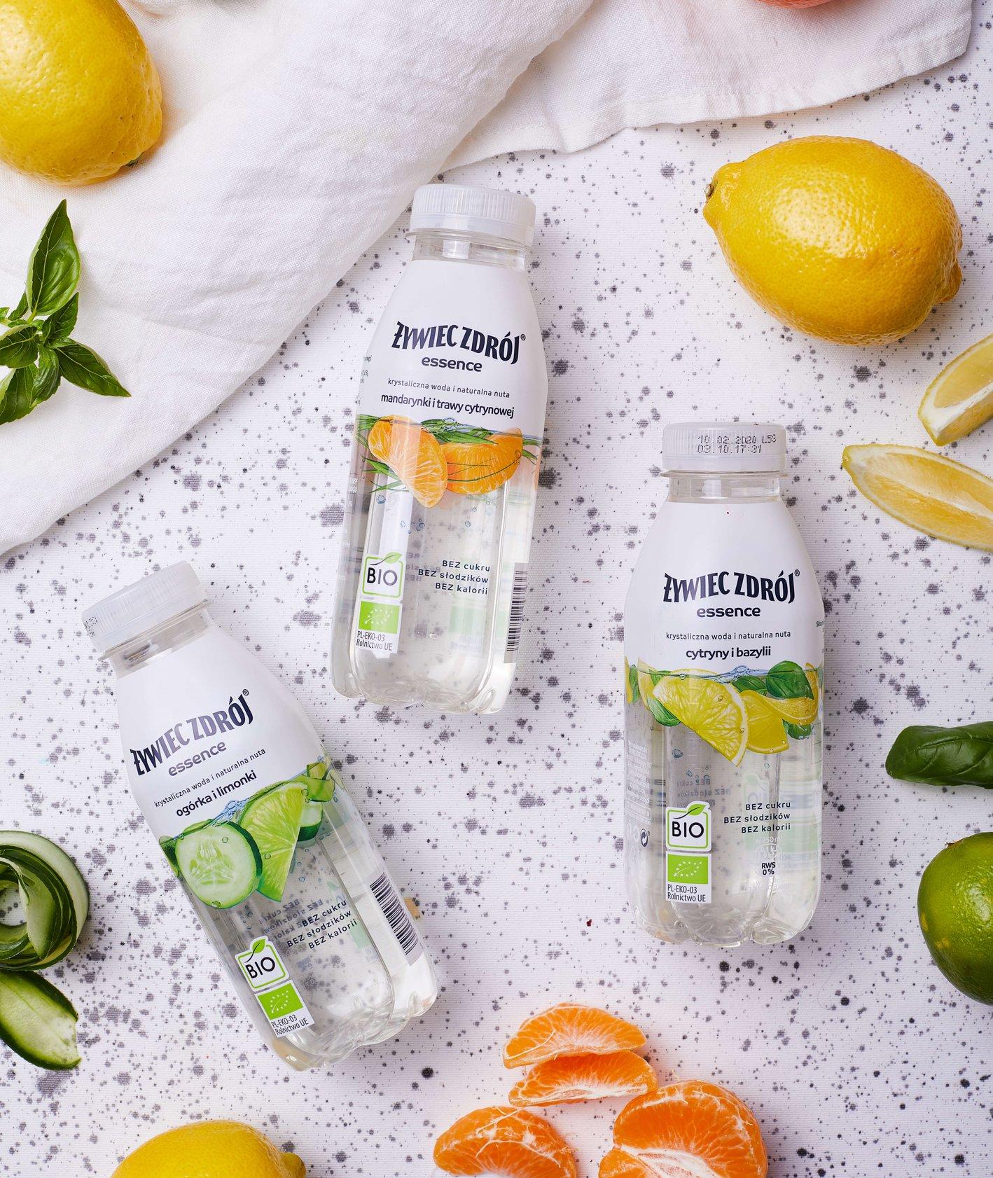 Trzy butelki wody smakowej Essence Żywiec Zdrój – mandarynka z trawą cytrynową, ogórek z limonką i cytryna z bazylią (fot. Maciek Niemojewski)