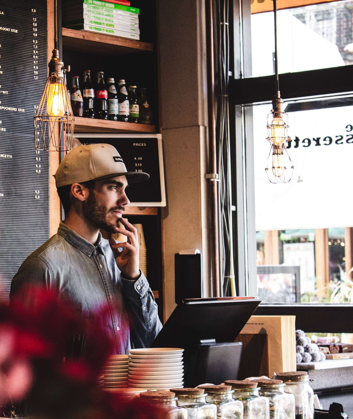 Wnętrze kawiarnii (fot. Louis Hansel)