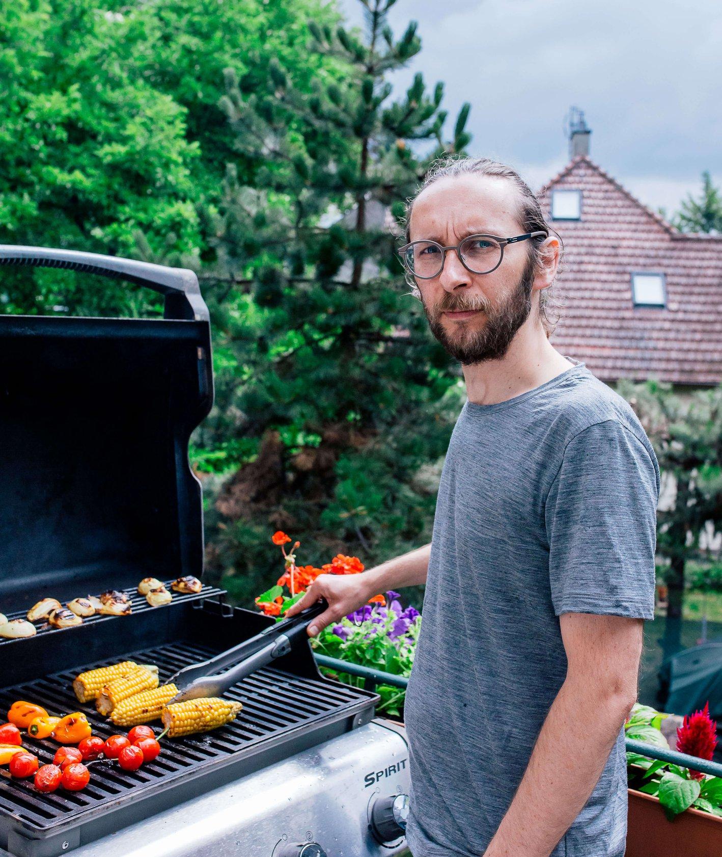 Portret Piotra Cyny, kucharza krakowskiej restauracji Youmiko przy domowym grillu. (fot. Michał Lichtański)