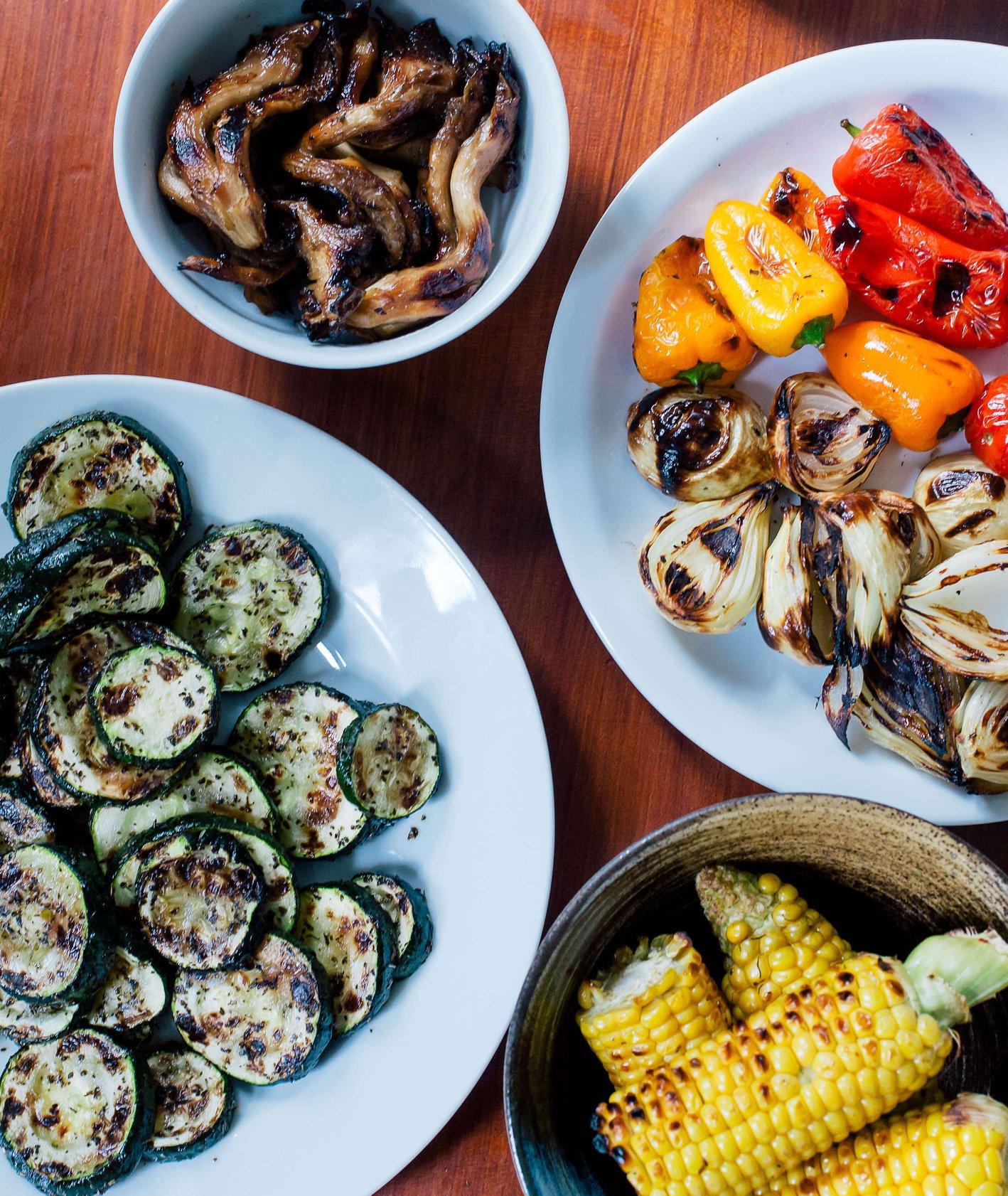 Ustawione na stole talerze z grillowanymi warzywami. (fot. Michał Lichtański)