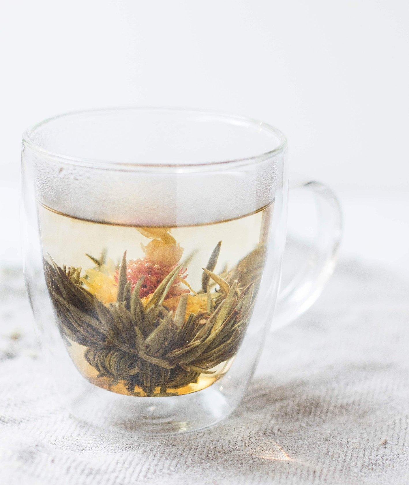 Kubek zielonej herbaty na białym płótnie w szklanym kubku. (fot. Alison Marras)
