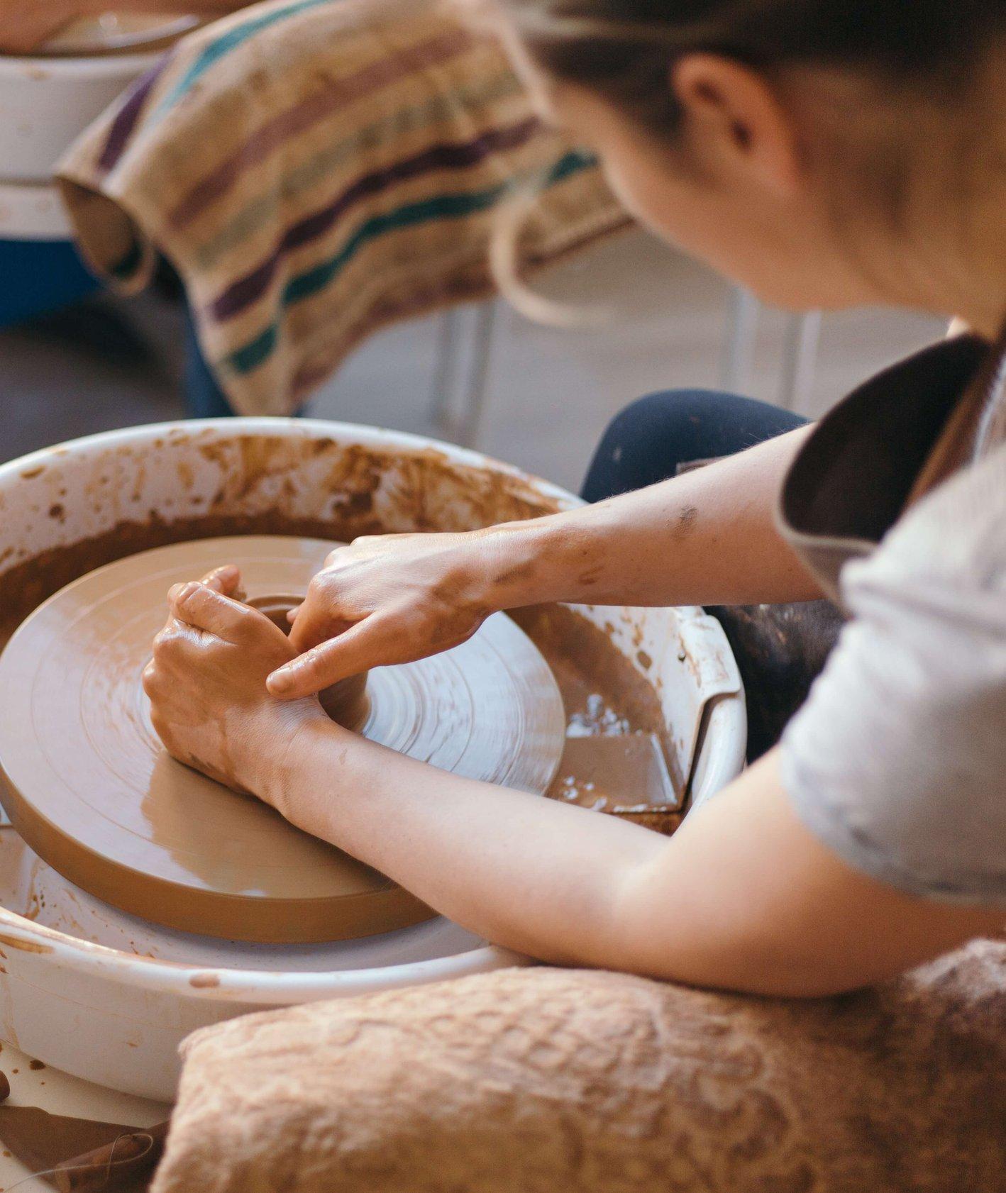 Pracownia ceramiczna, dziewczyna przy kole garncarskim.  (fot. Juliet Furst )