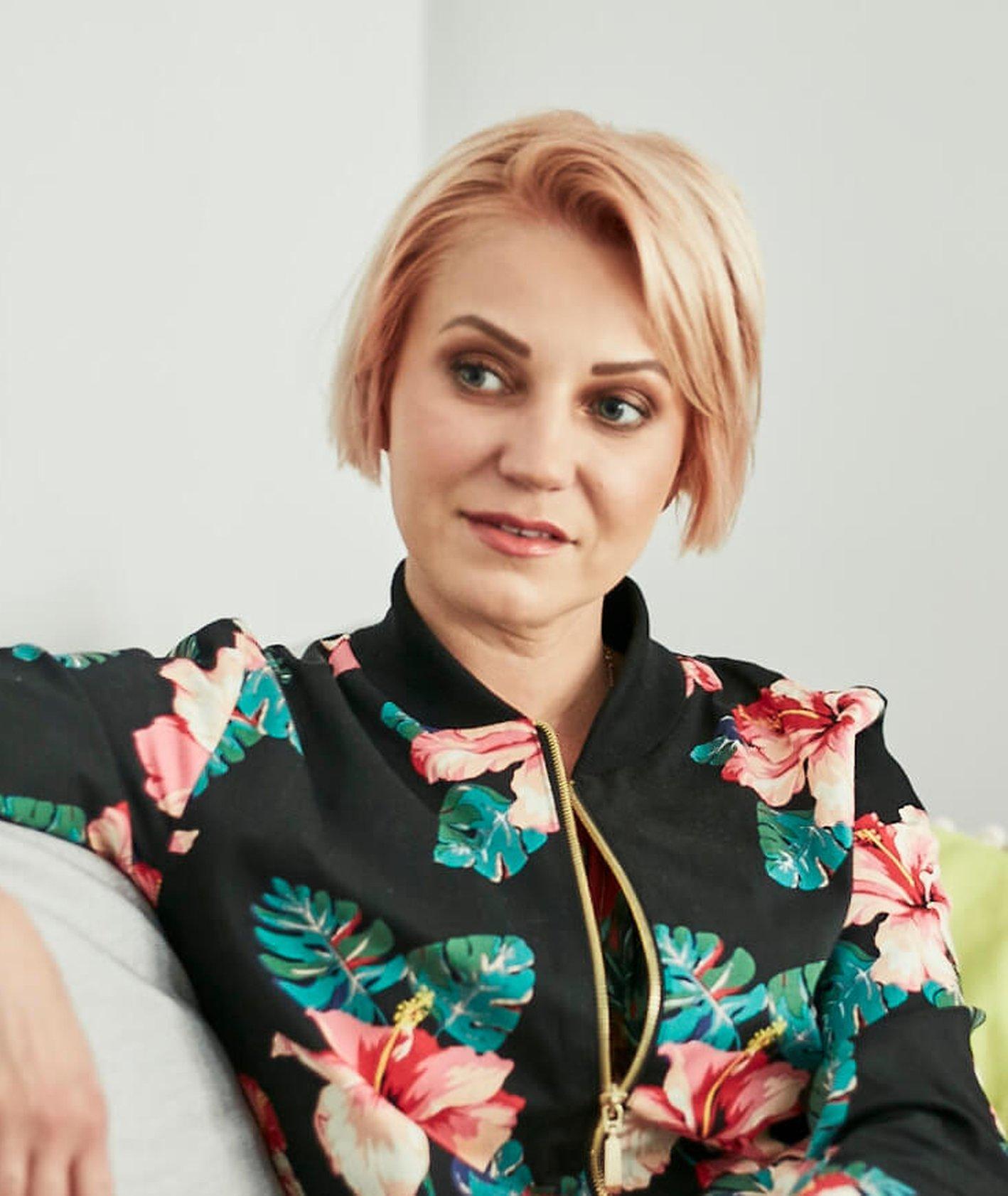 Daria Ładocha siedząca na kanapie podczas wywiadu (fot. Bernard Hołdys)