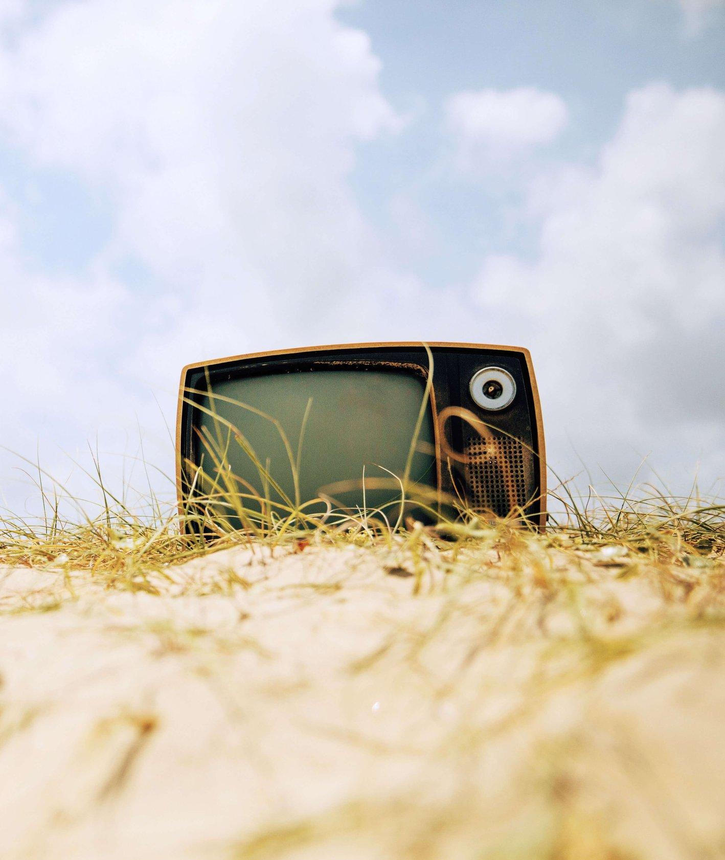 Zdjęcie retro telewizora na plaży (fot. Pablo Garcia Saldana)