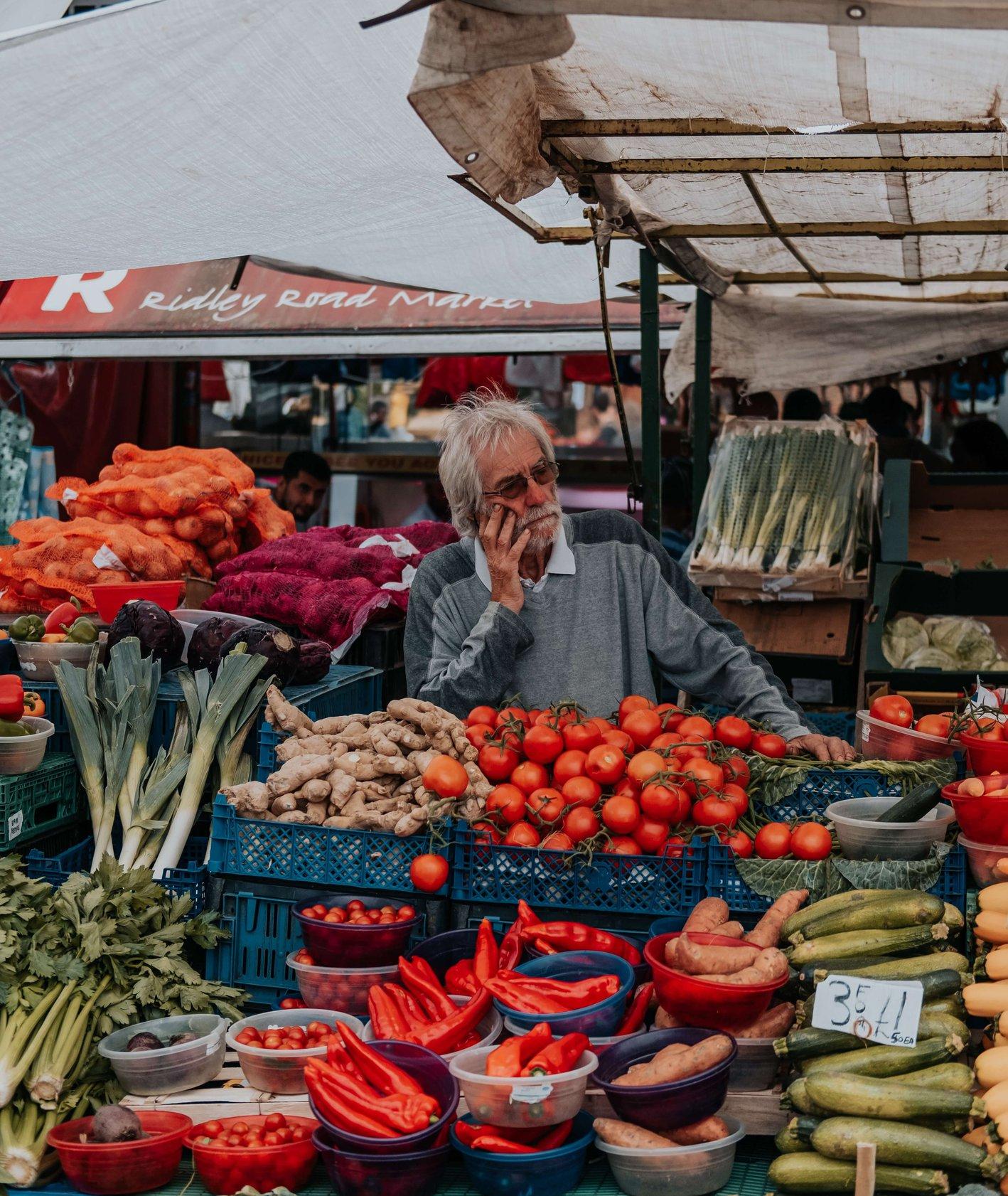 Zakupy na lokalnym markecie warzywnym (fot. Brunel Johnson)