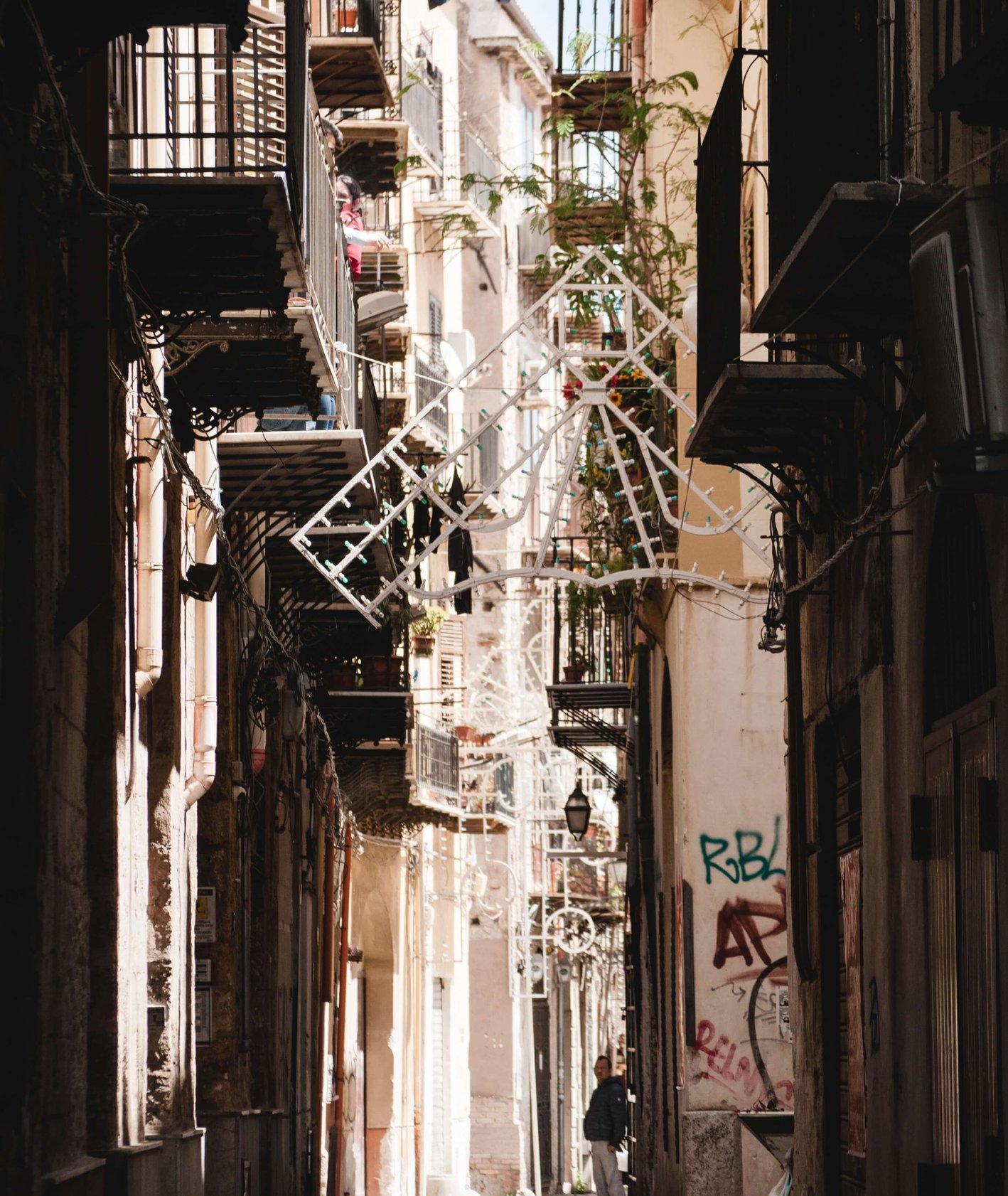 Zdjęcie uliczki Palermo (fot. Yuliyan Kosolapova)