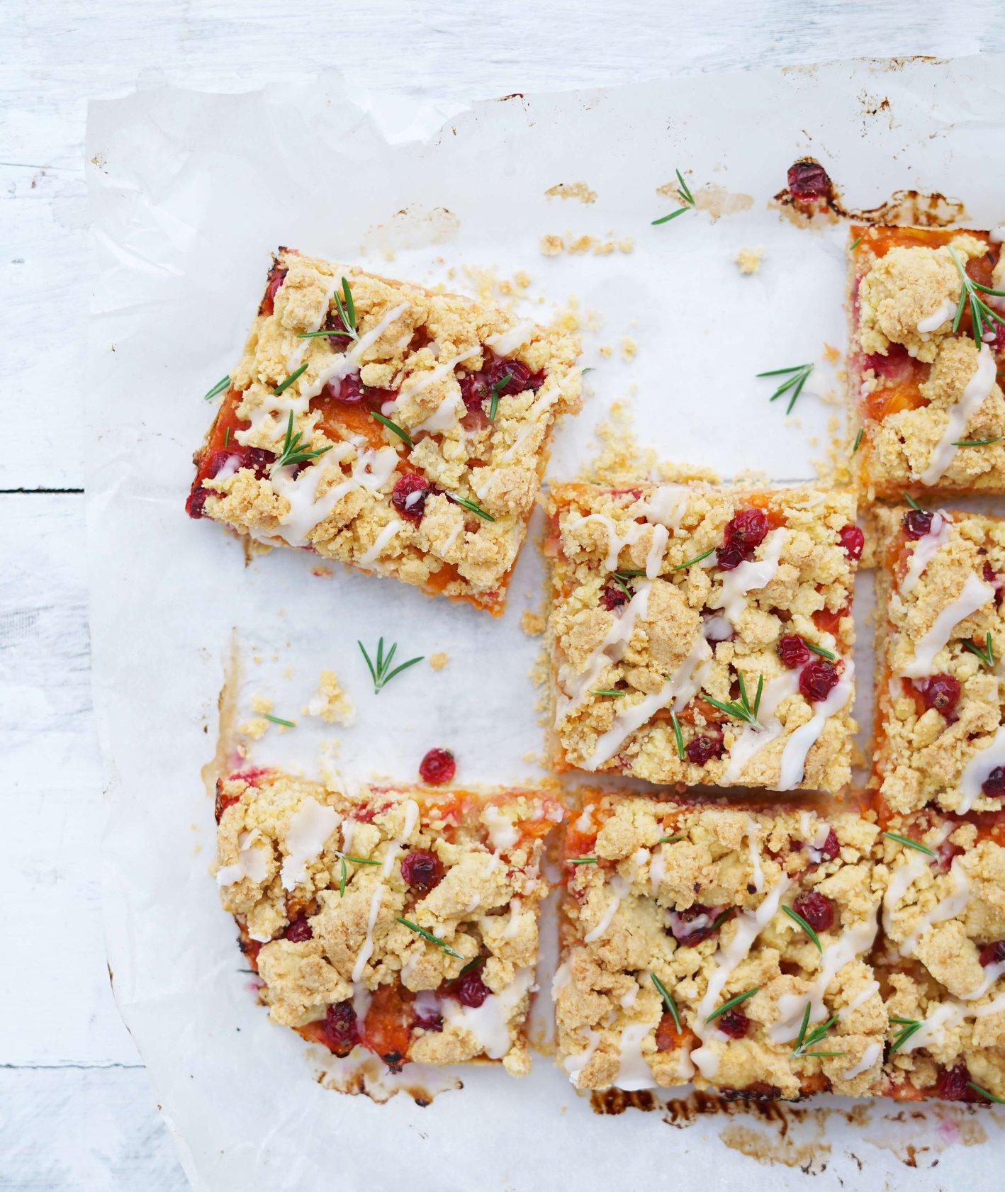 Bezglutenowe ciasto z kruszonką z morelami i porzeczkami lub innymi sezonowymi owocami