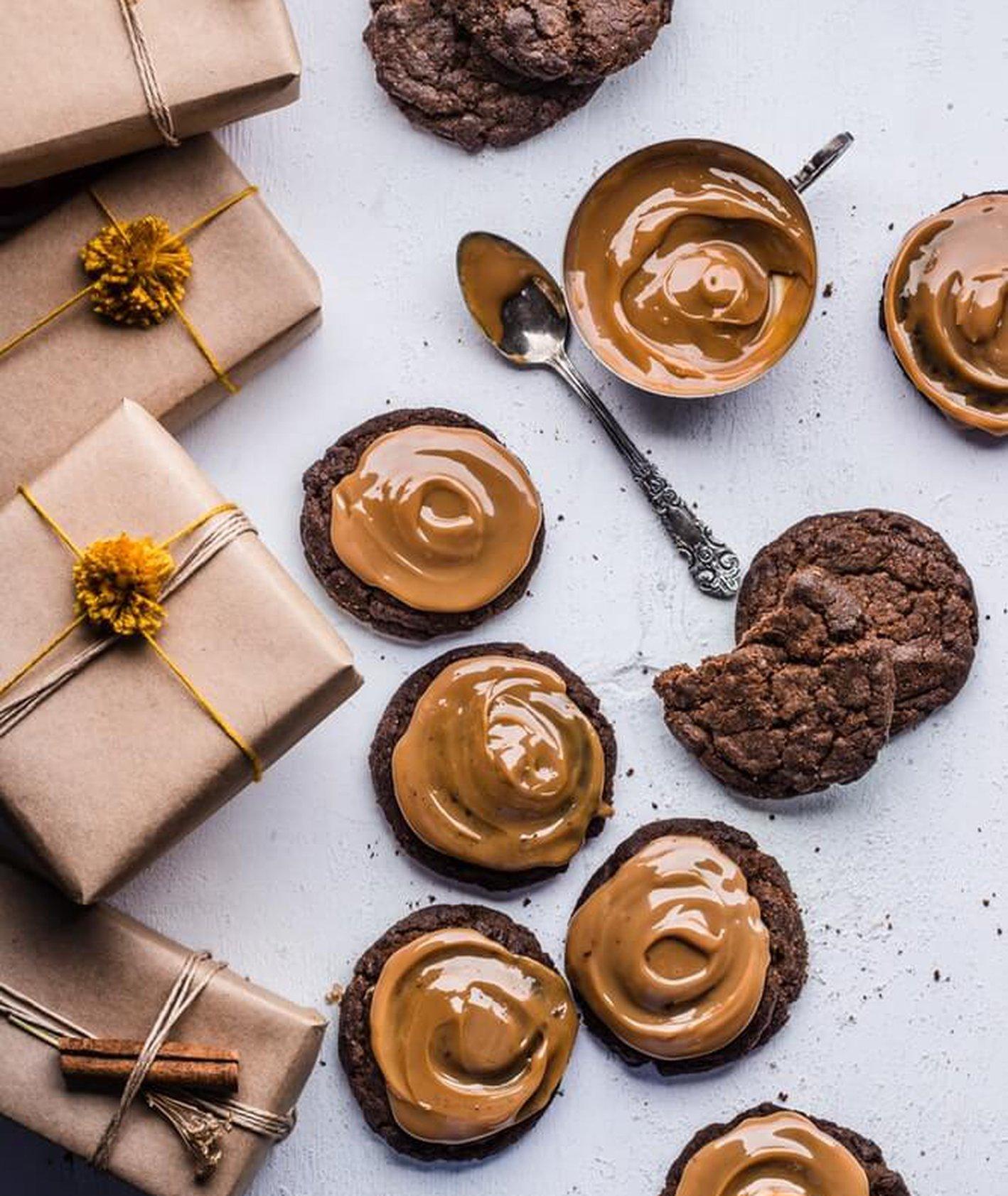 czekoladowe ciasteczka z karmelem na smutki (fot. Bruna Branco)