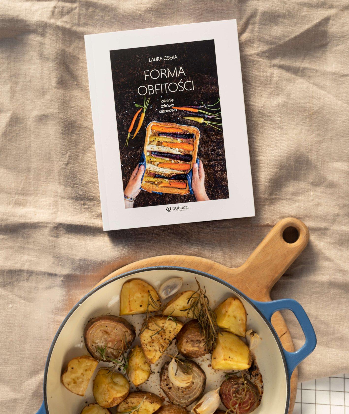 """""""Forma obfitości. Idealnie, zdrowo, sezonowo"""" i pieczone ziemniaki w naczyniu (fot. Martyna Cybuch)"""