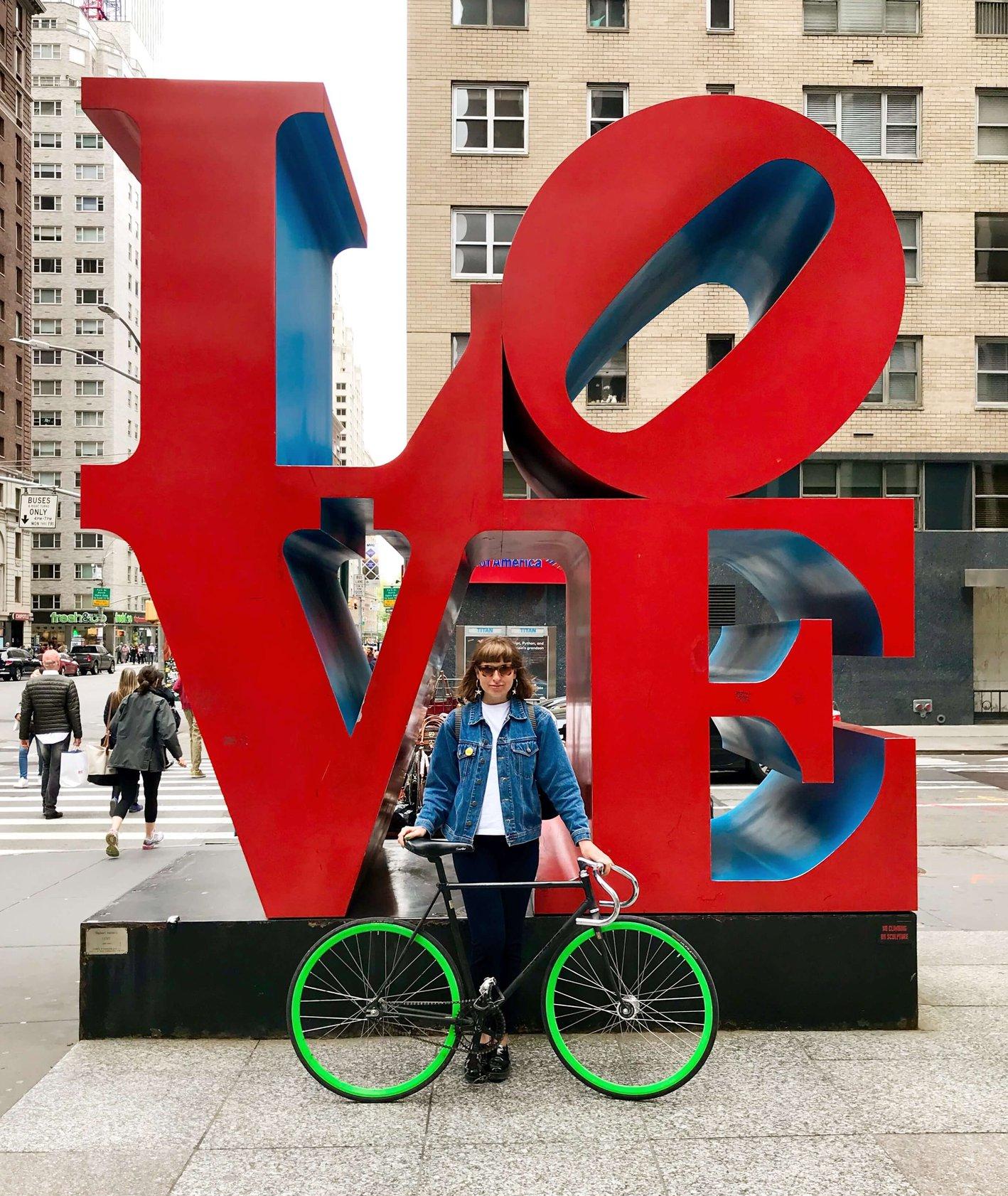 Joanna Jezierska i jej rower ostre koło na ulicy w Nowym Jorku (fot.archiwum prywatne Joanny Jezierskiej)