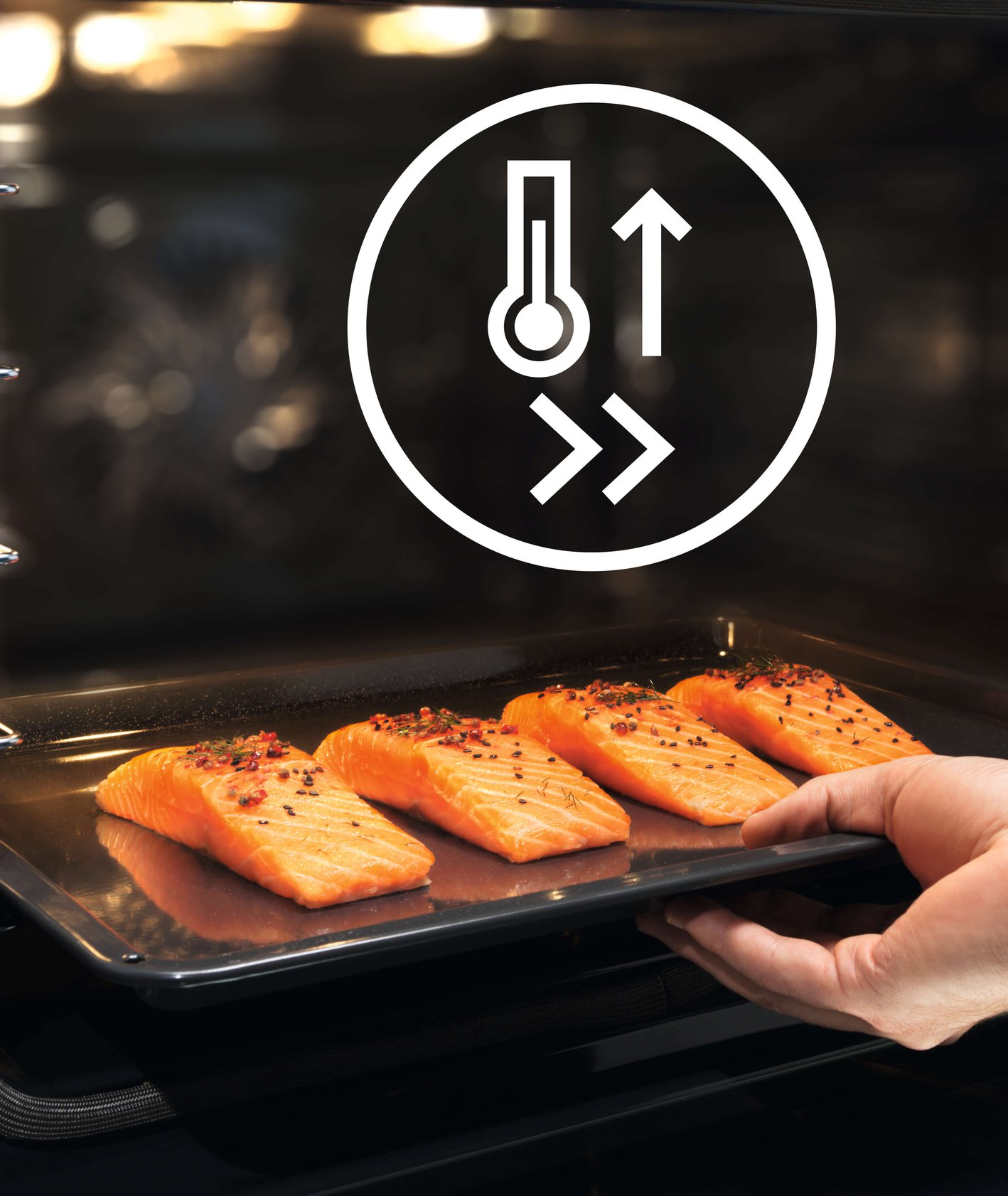 Piekarnik Electrolux EOC6H71Z SteamCrisp, przygotowanie pieczonego łososia (fot. materiały prasowe)
