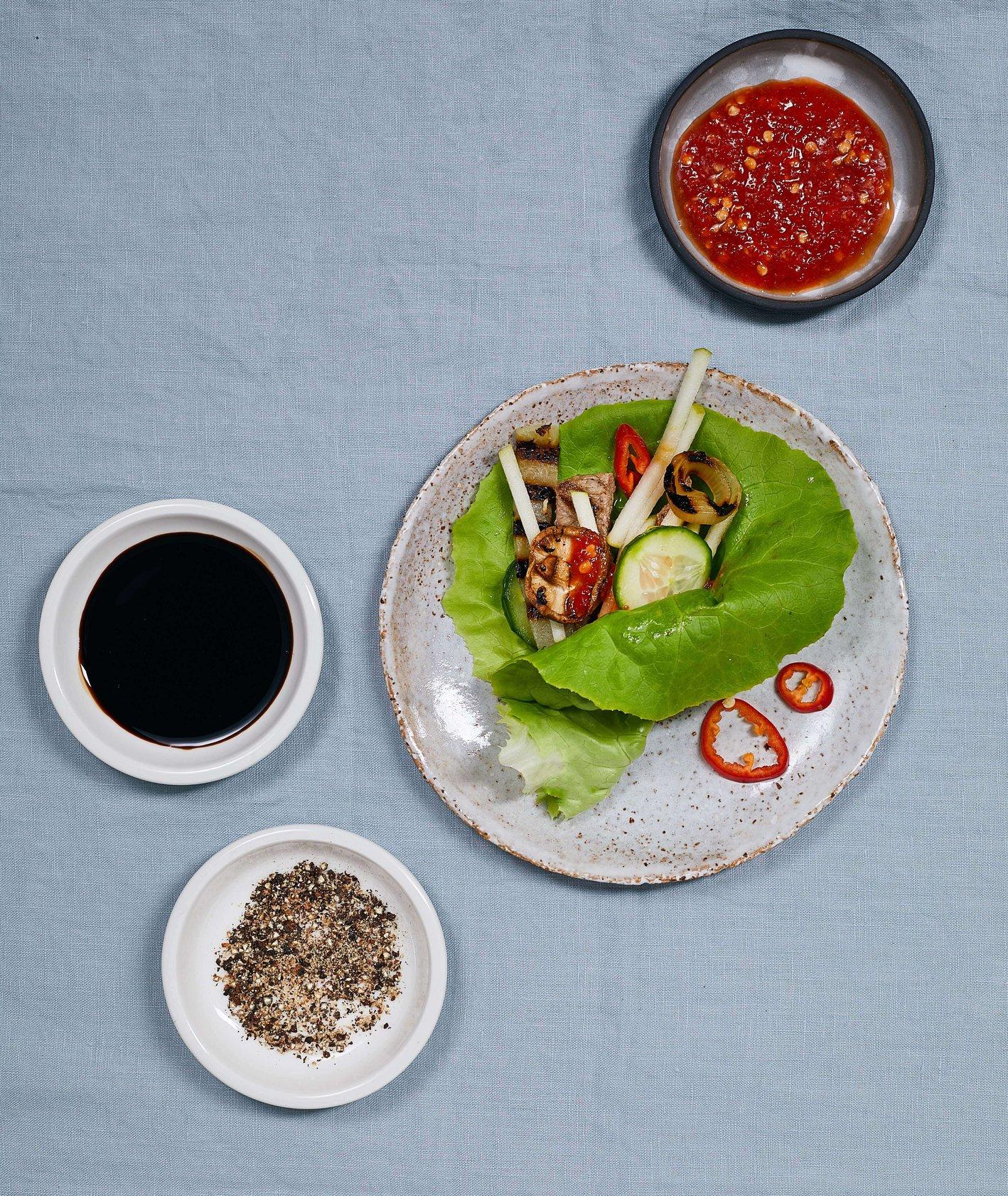 Koreański grill, mięso, warzywa, sosy i pikle  (fot. Maciek Niemojewski)