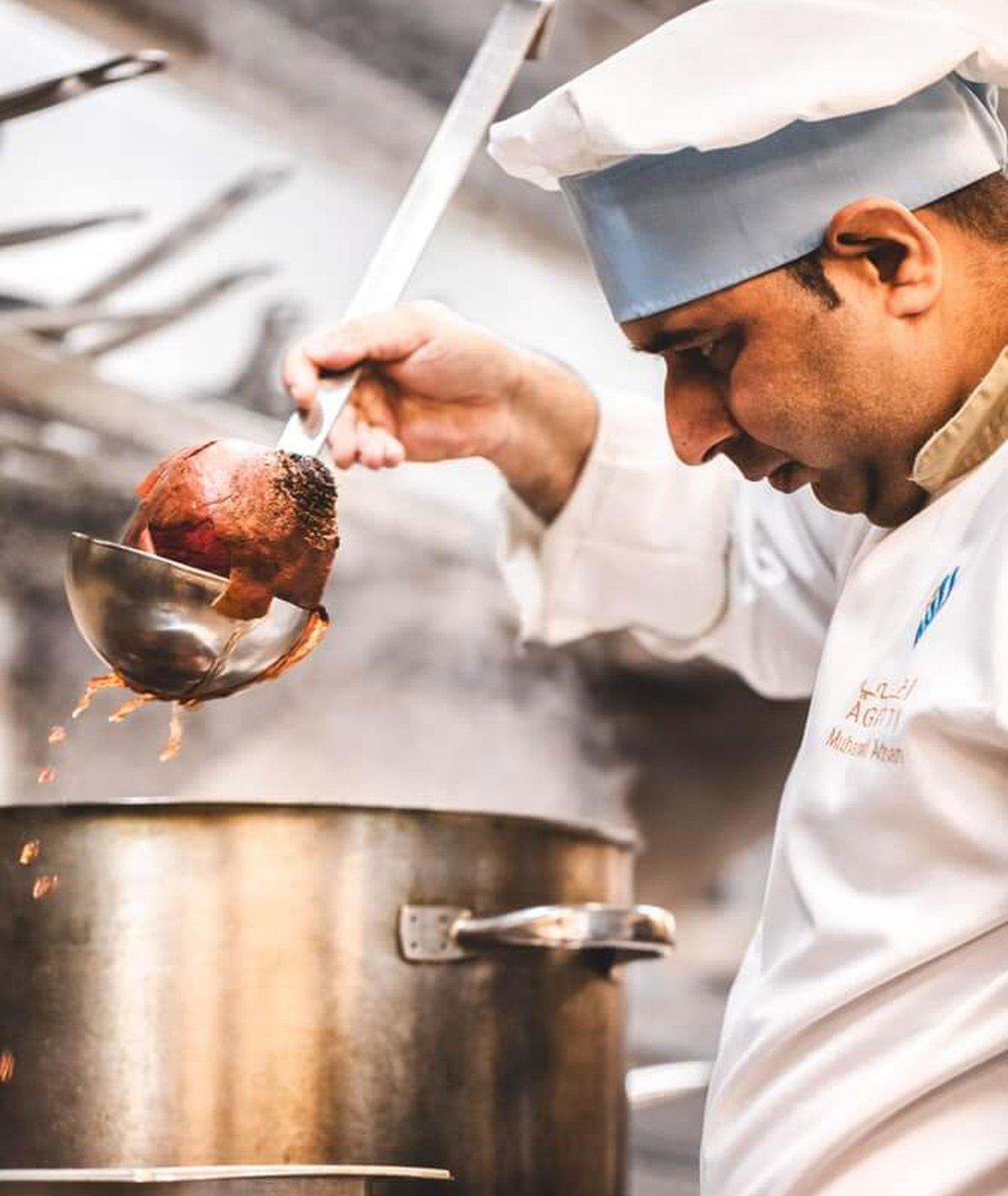 kuchnia w restauracji, jak wygląda praca na kuchni, slang kucharzy - szef kuchni (fot. Eiliv-Sonas Aceron)