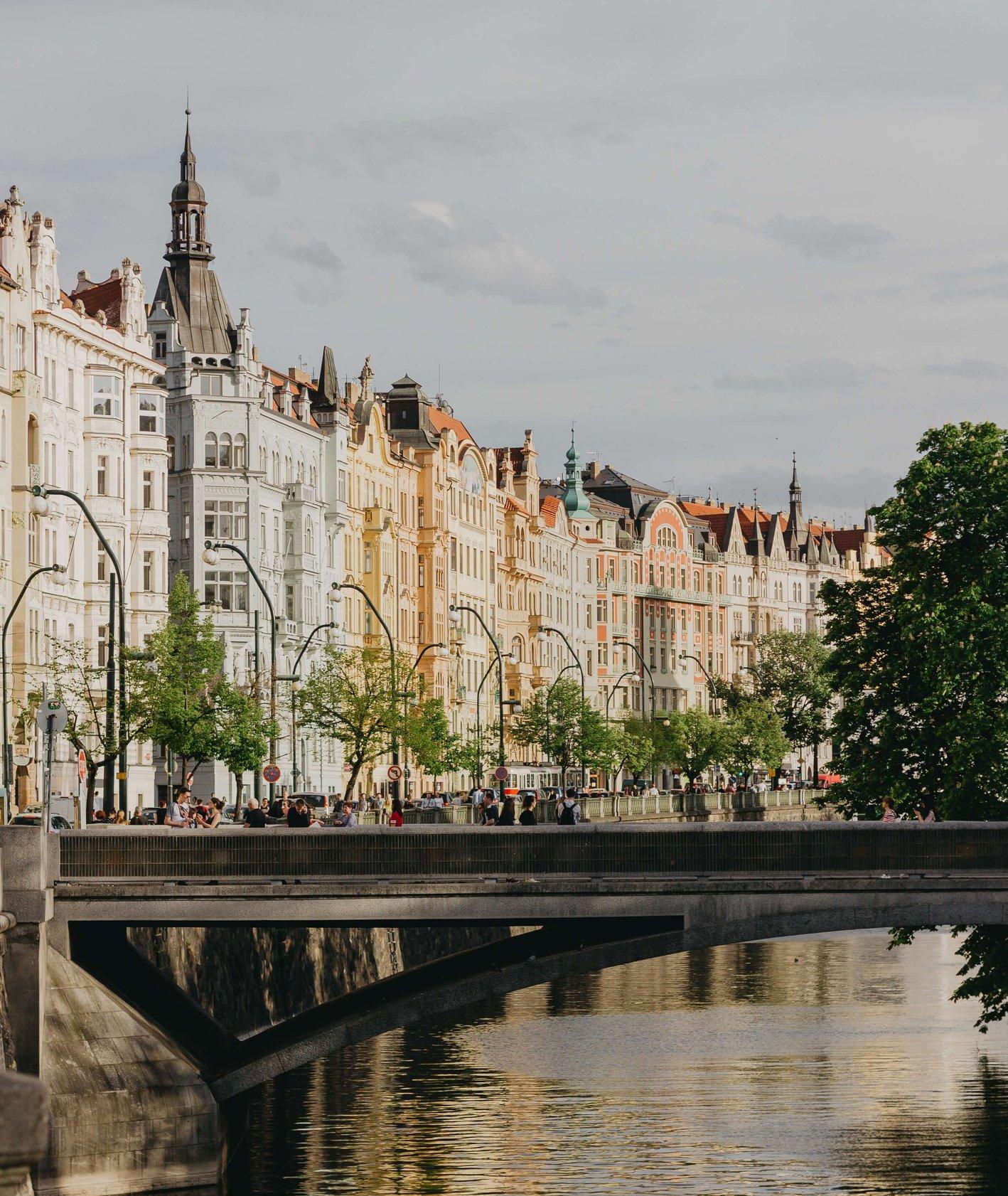 Most nad rzeką w czeskiej Pradze (fot. Marius Serban)
