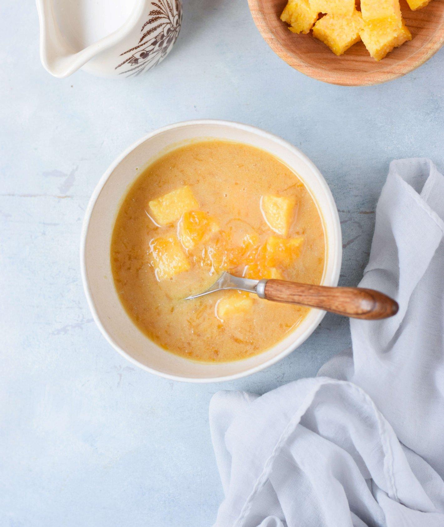 Miska zupy dyniowej, pokrojone kostki dyni, mleko kokosowe (fot. Anna Szewczyk)