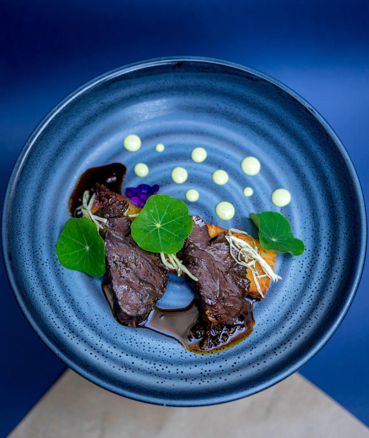 Zdjęcie z Restaurant week, Art sushi w Warszawie - polędwica na niebieskim talerzu (fot. materiały prasowe)