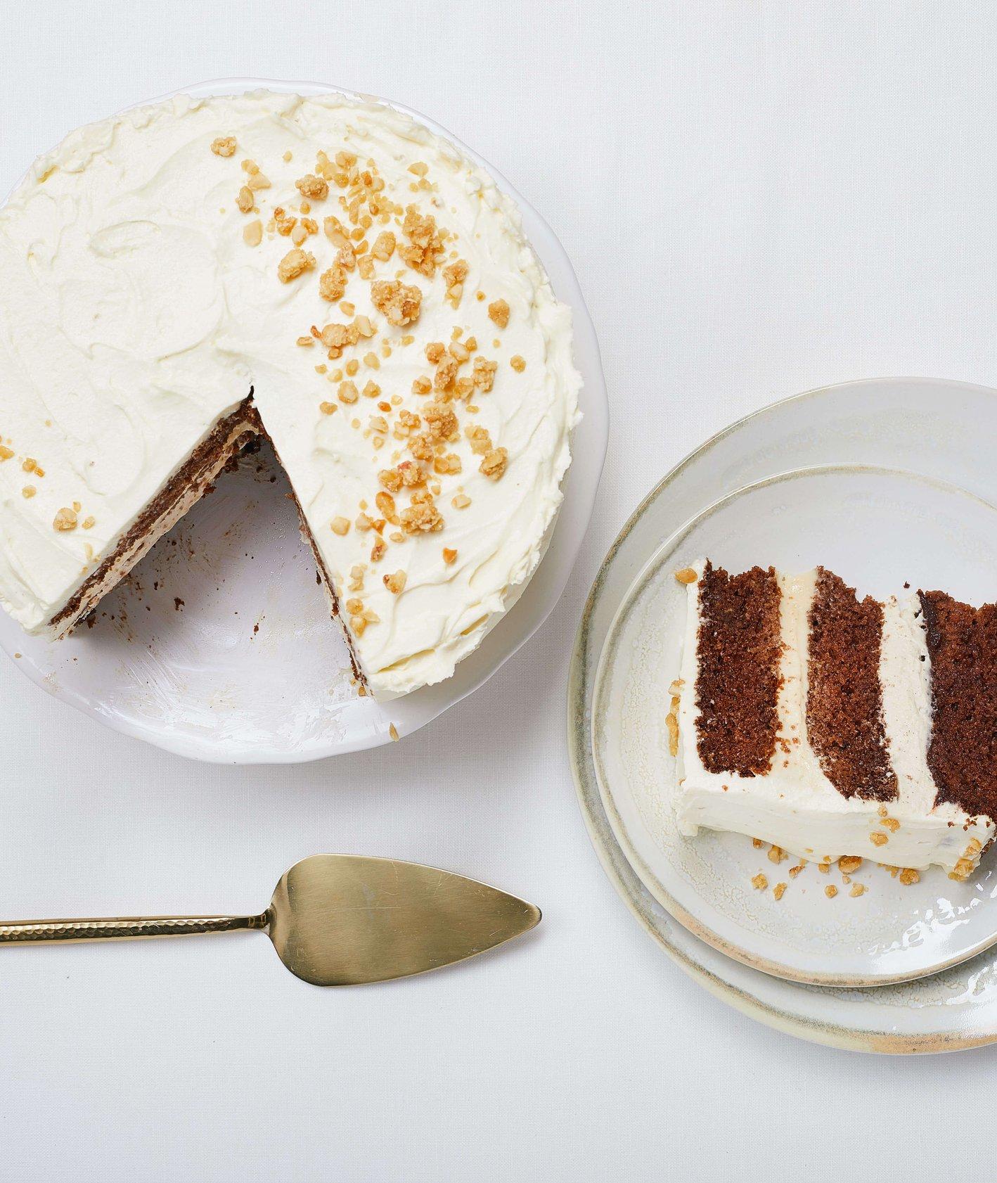 tort piernikowy z czekośłiwką, kremem orzechowym i kremem cynamonowym z orzechową posypką