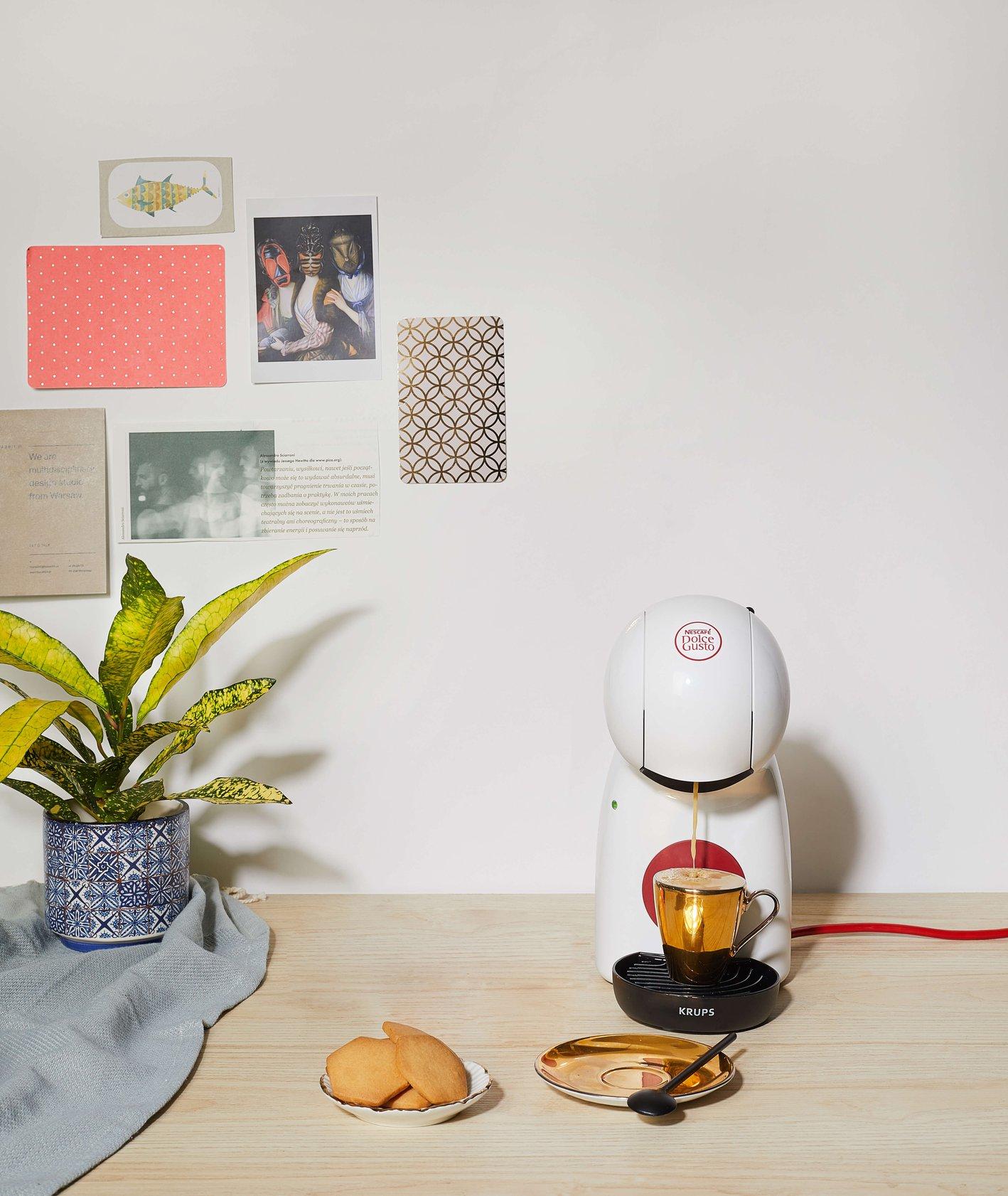 Mleczna kawa w szklance na spodku (fot. Lex Sirikiat / unsplash.com)