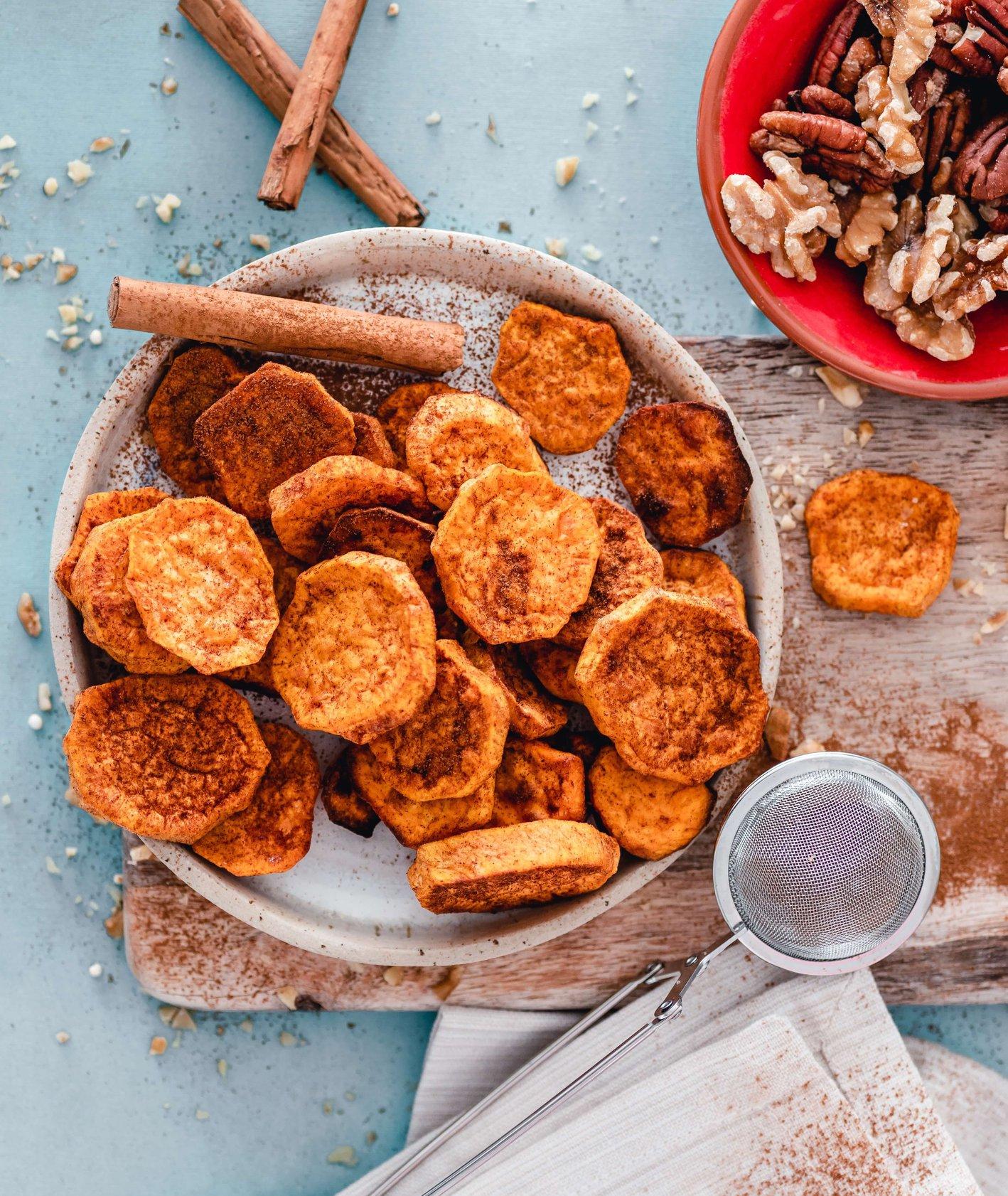 Talerz chipsów z batata w rozgrzewających przyprawach, włoskie orzechy i kora cynamonu (fot.Ella Olsson)