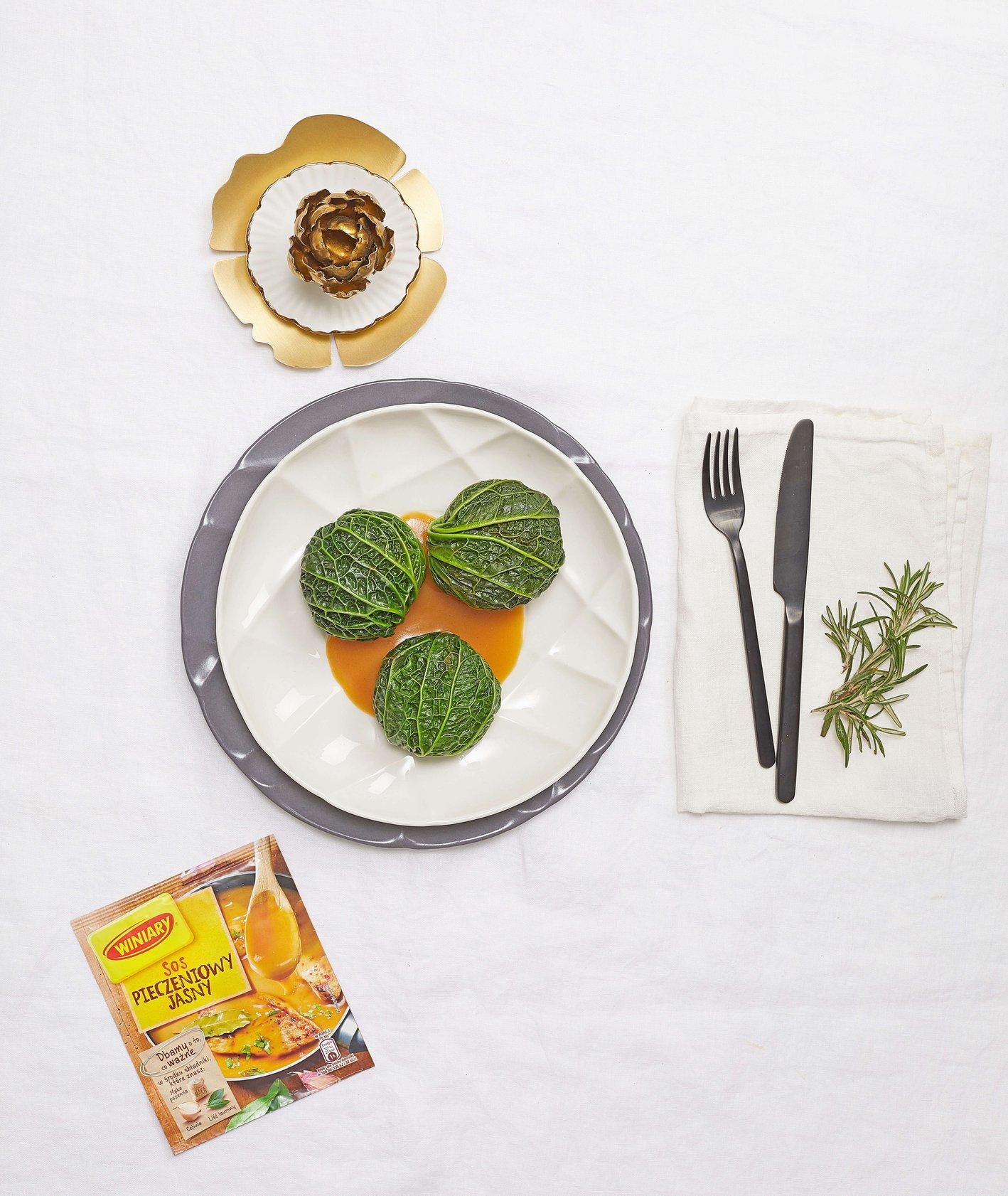 Gołąbki z bigosem, ziemniakami i sosem pieczeniowym, Winiary, przepis Tomek Zielke