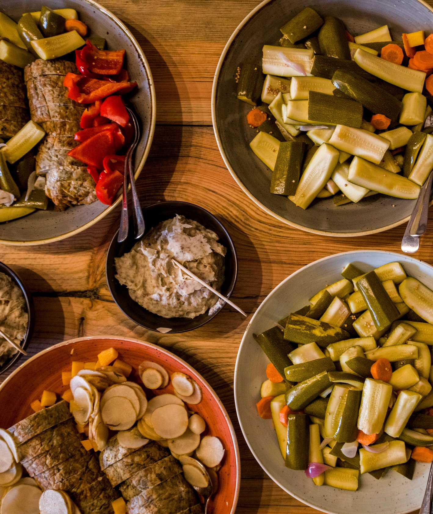 Regionalne warzywne potrawy w głębokich talerzach