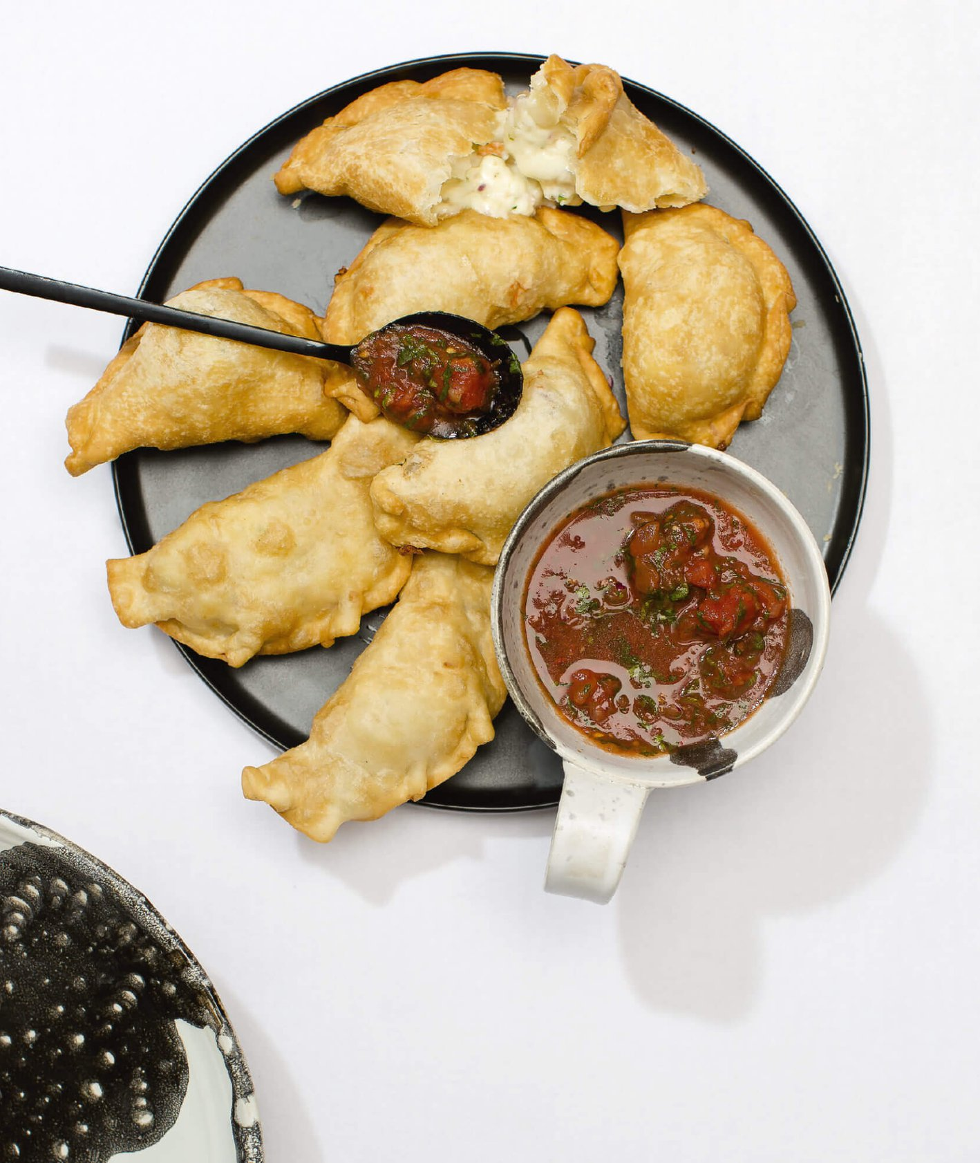 Talerz empanadas z krewetkami i mozzarellą, sos pebre, listki kolendry