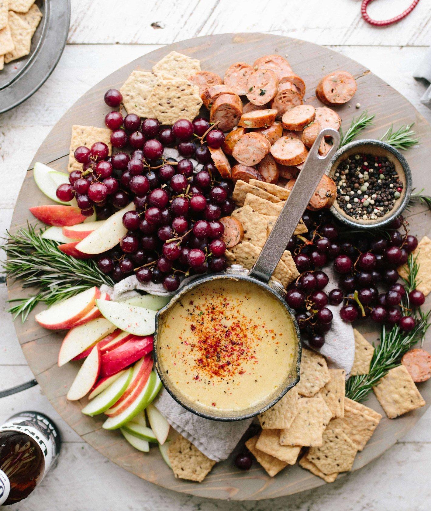 Co przygotować na Sylwestra? – przepisy na słodkie i słone przekąski (fot. Brooke Lark / unsplash.com)