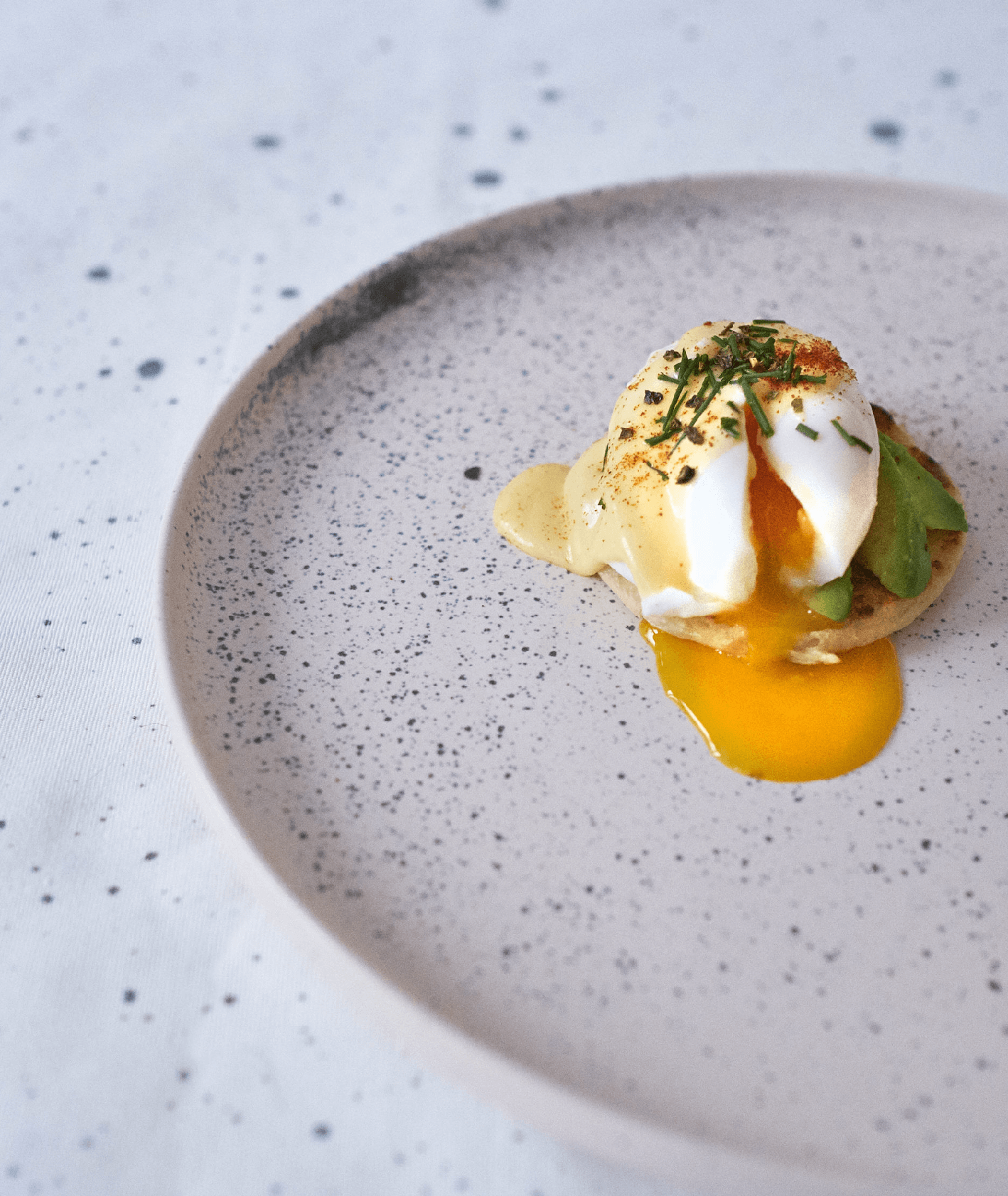 jajka po benedyktyńsku z sosem holenderskim i awokado